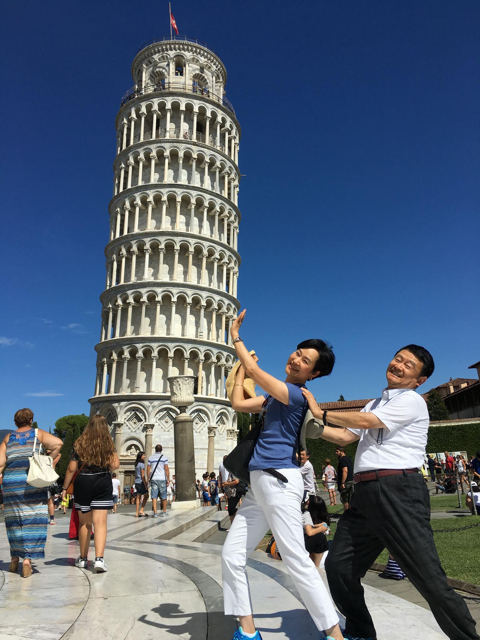 倒れそうな斜塔を支えます。塔の高さは北と南で70cm異なり、約5度傾いています。