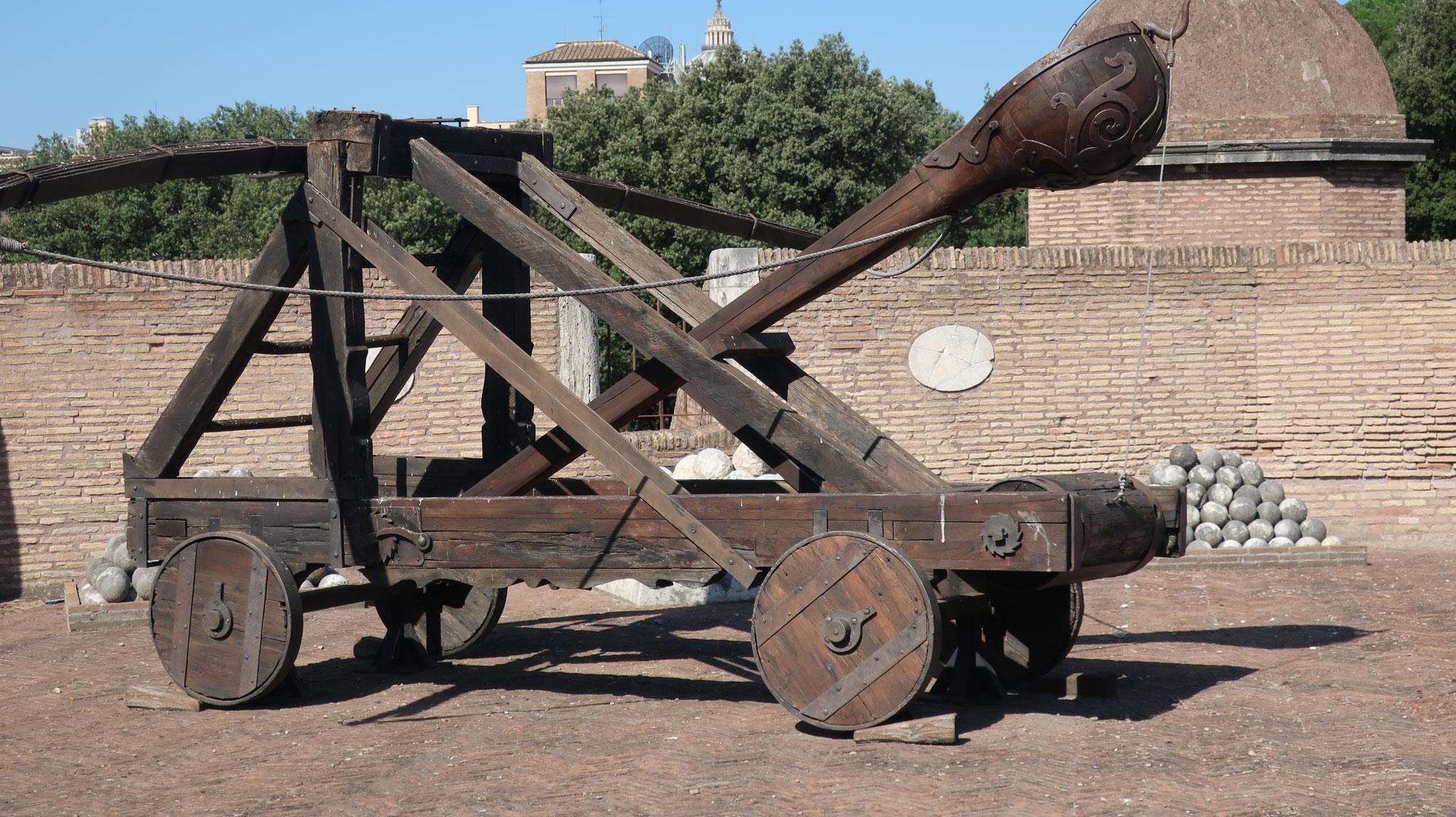 サンタンジェロ国立博物館。ローマ帝国時代に戦で用いた投石機。
