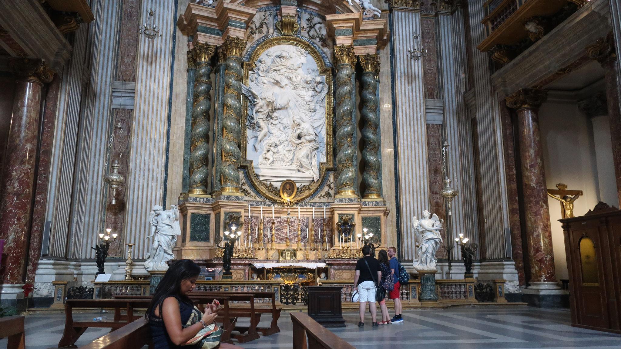スタッコ装飾の祭壇