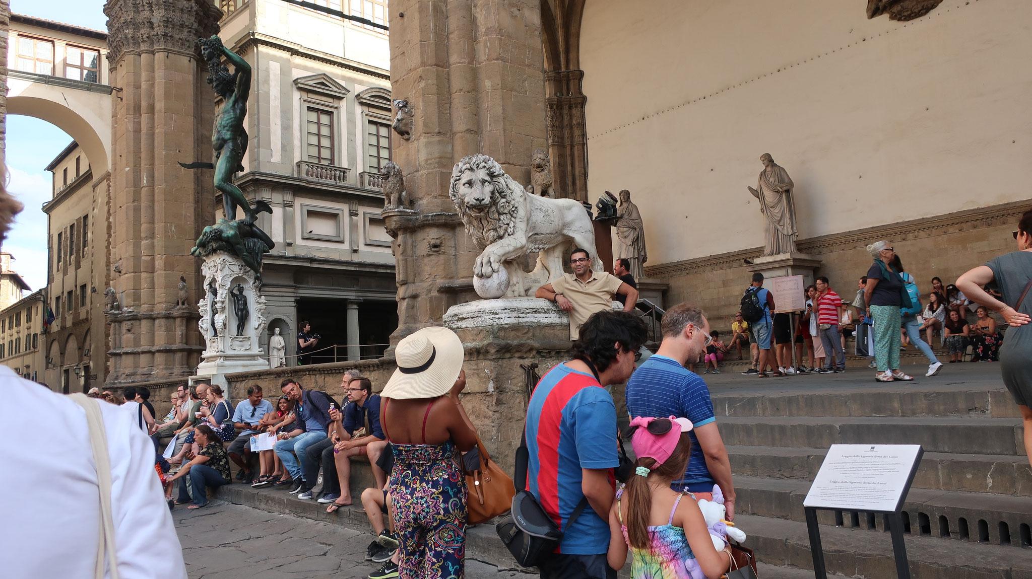 ランツィのロッジア(回廊)。フィレンツェ共和国の時代、シニョリーア広場では市民集会がしばしば開かれました。 集会が雨でも行えるように、14世紀に回廊が造られました。