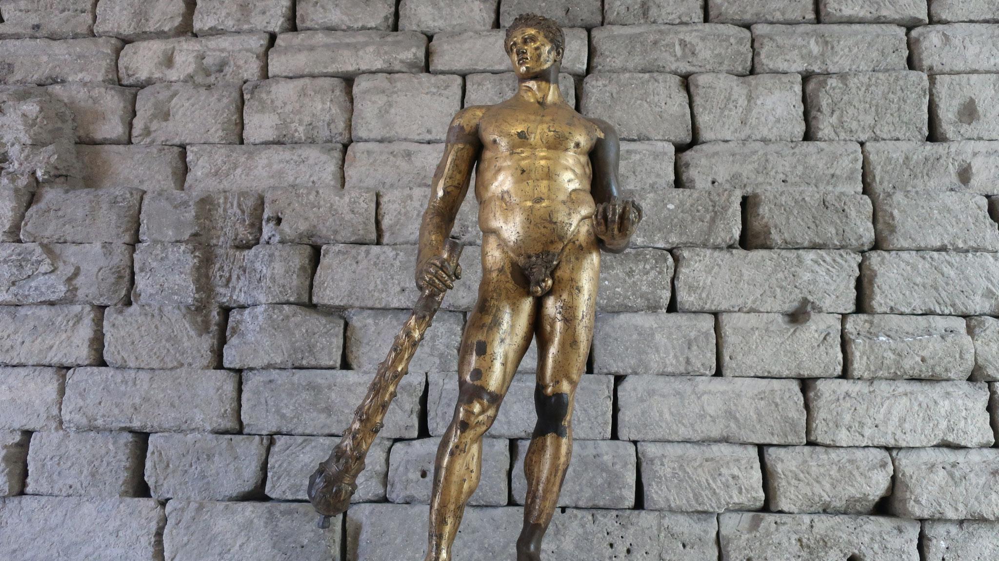 黄金色のヘラクレス像