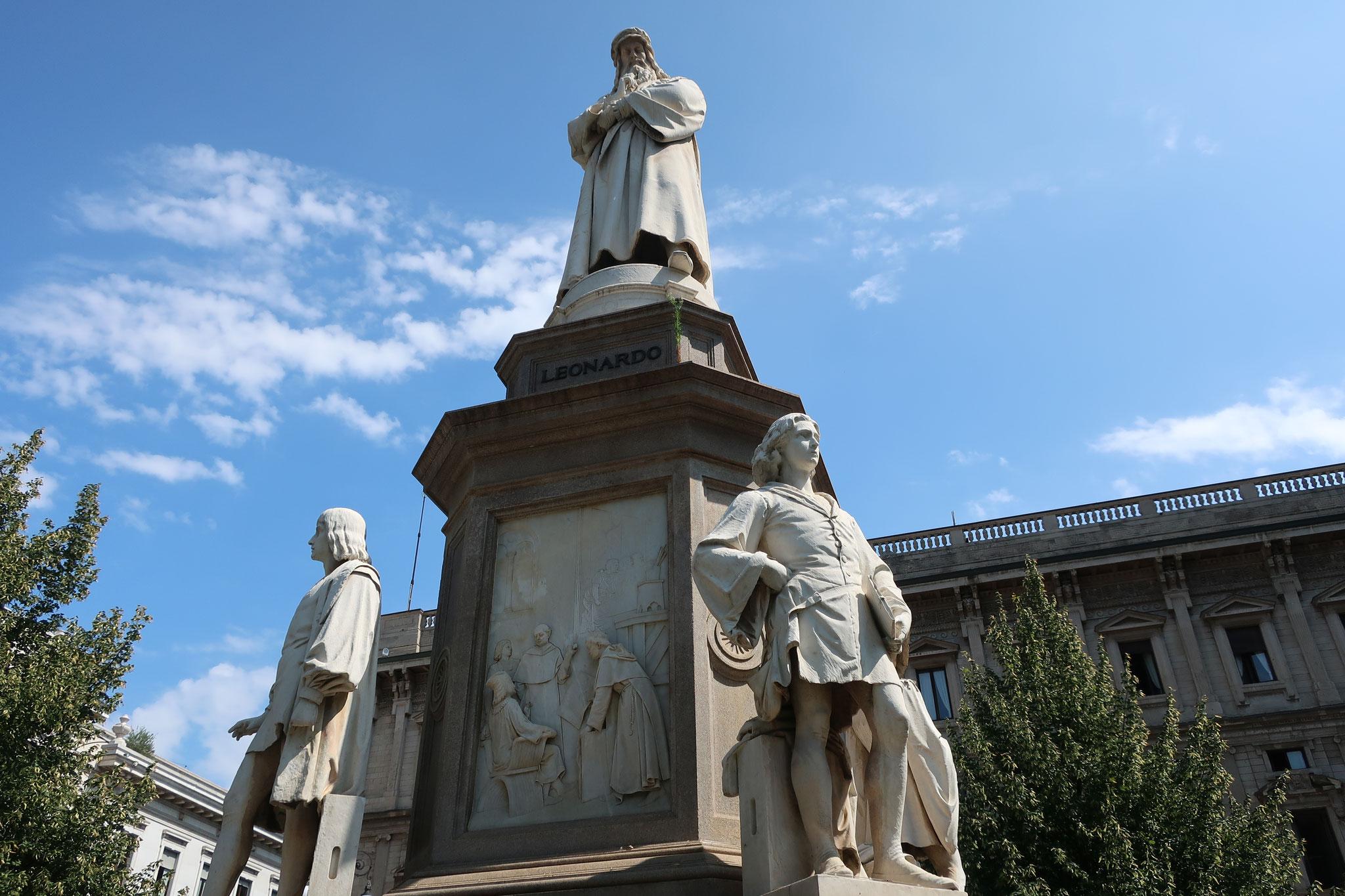 スカラ広場に立つレオナルド・ダ・ヴィンチと4人の弟子達の像