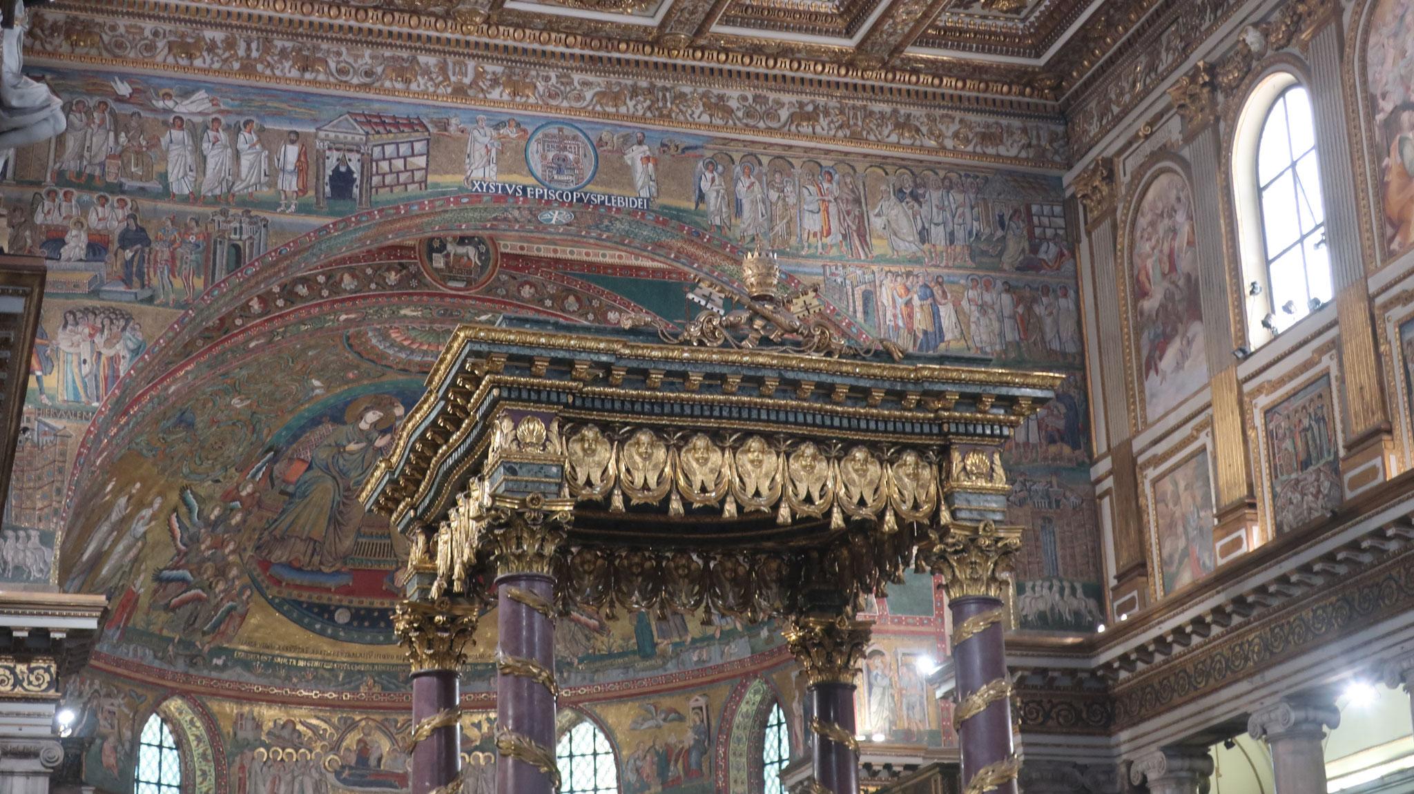 主祭壇はフェルディナント・フーガ作の天蓋で覆われています。