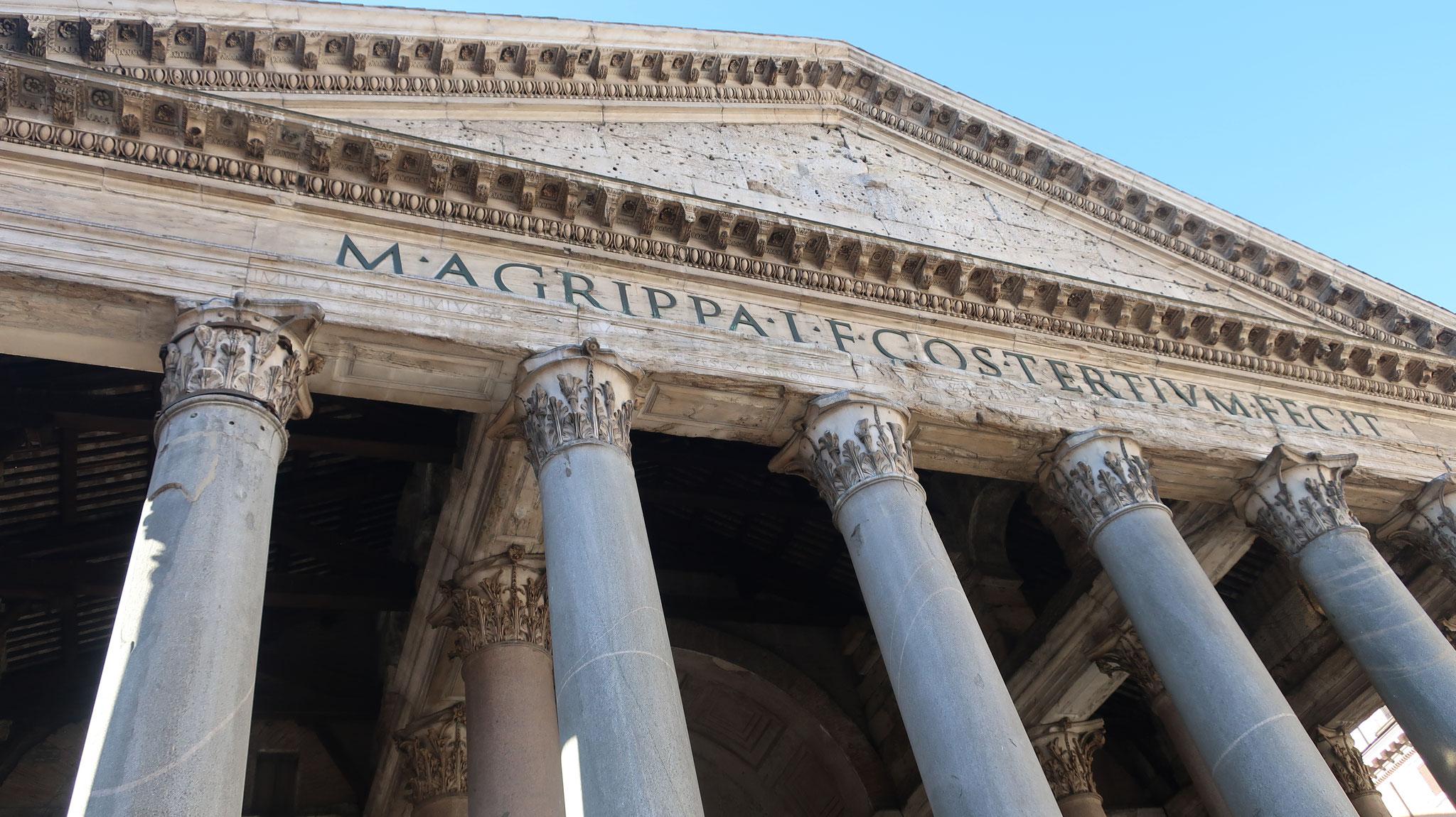 ハドリアヌス帝はローマ皇帝としては珍しく自己顕示欲のない人で、正面列柱の上に、自分の名ではなく「アグリッパこれを建立す」と刻みました。