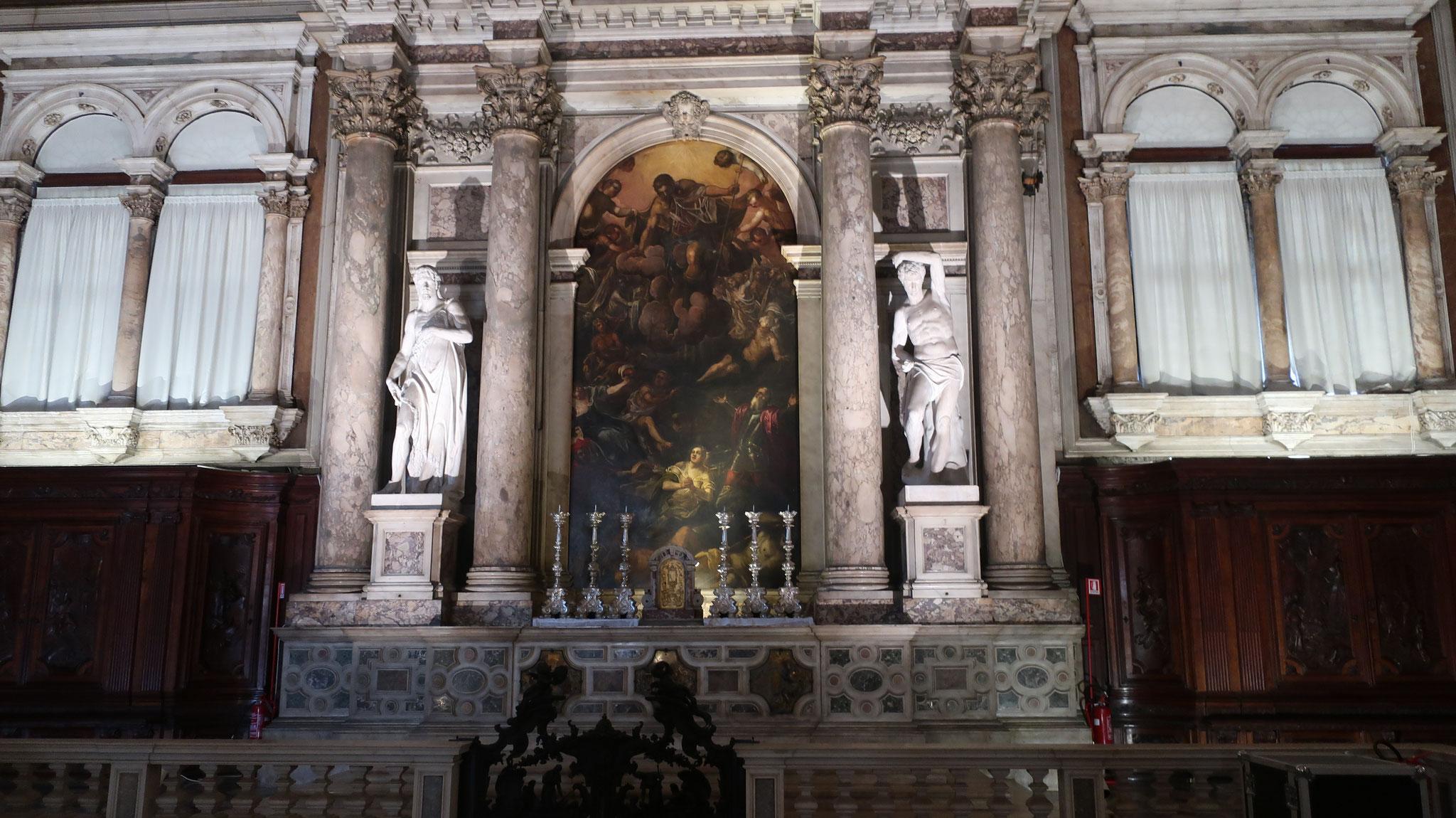 内部は16世紀、ルネッサンス様式の集会堂です。
