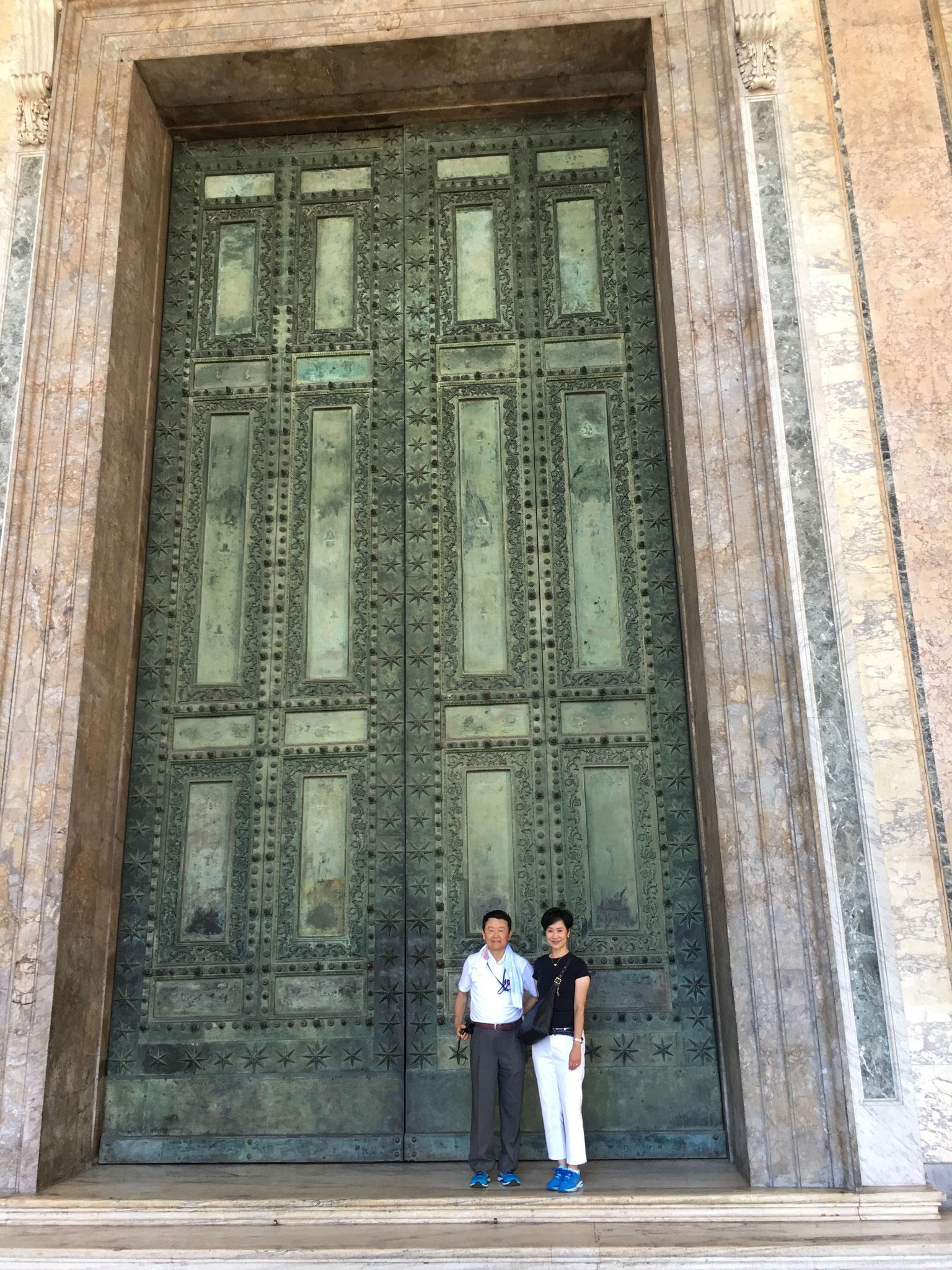 元老院の青銅の扉。フォロ・ロマー丿の元老院から移されました。