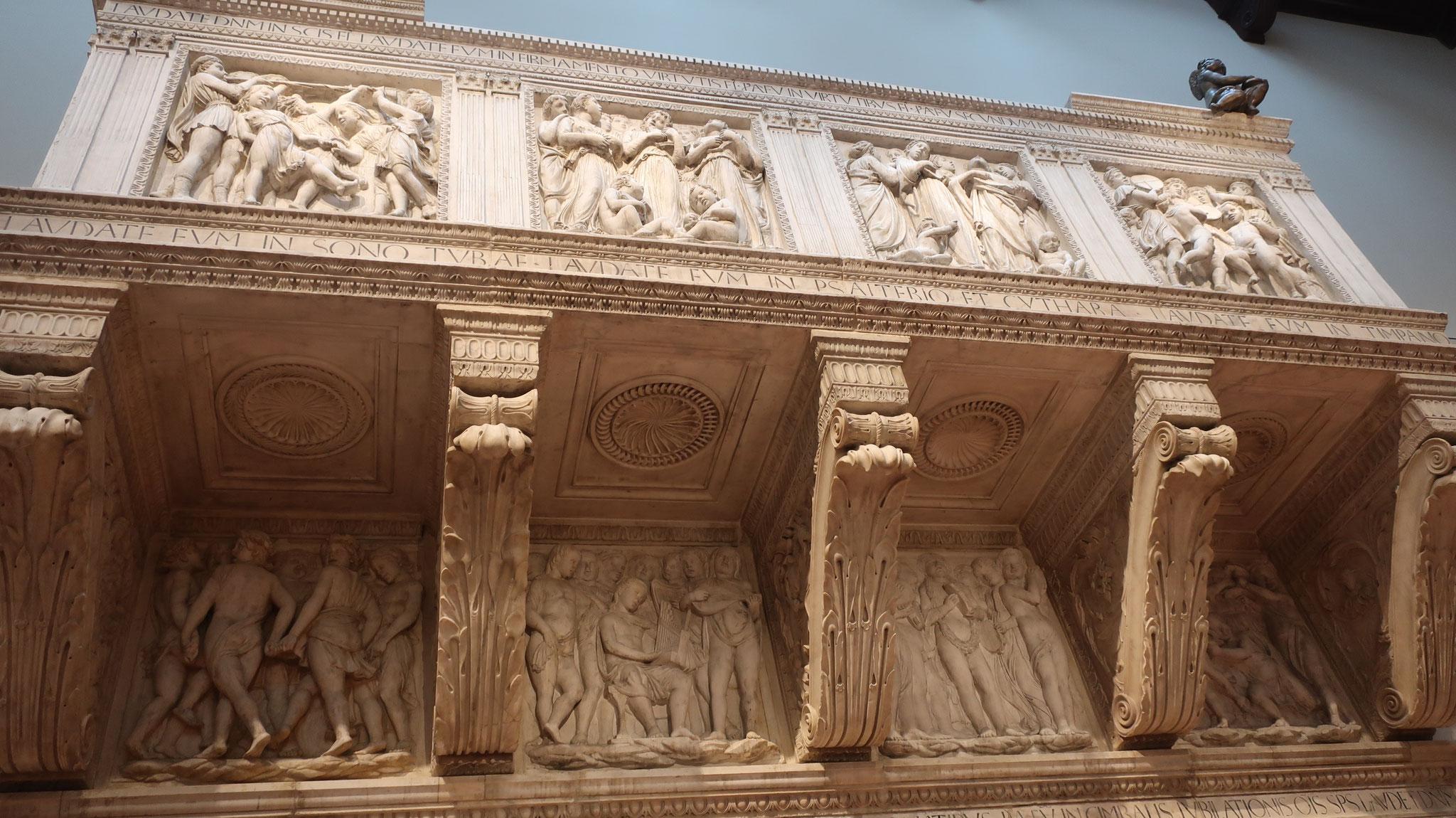 聖歌隊席。ドナテッロと L.デッラ・ロッビアの合作。