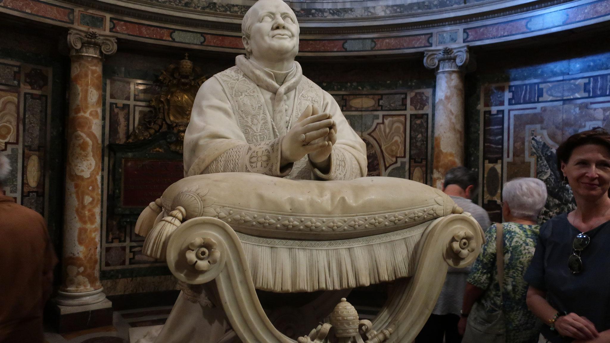 ローマ教皇ピウス9世(18-19世紀)。裸体の男性彫刻のペニスを削り落とし、イチジクの葉を付けろと命じました。 「ピウス9世の大去勢」と呼ばれ、「去勢」された彫刻が多く残っています。