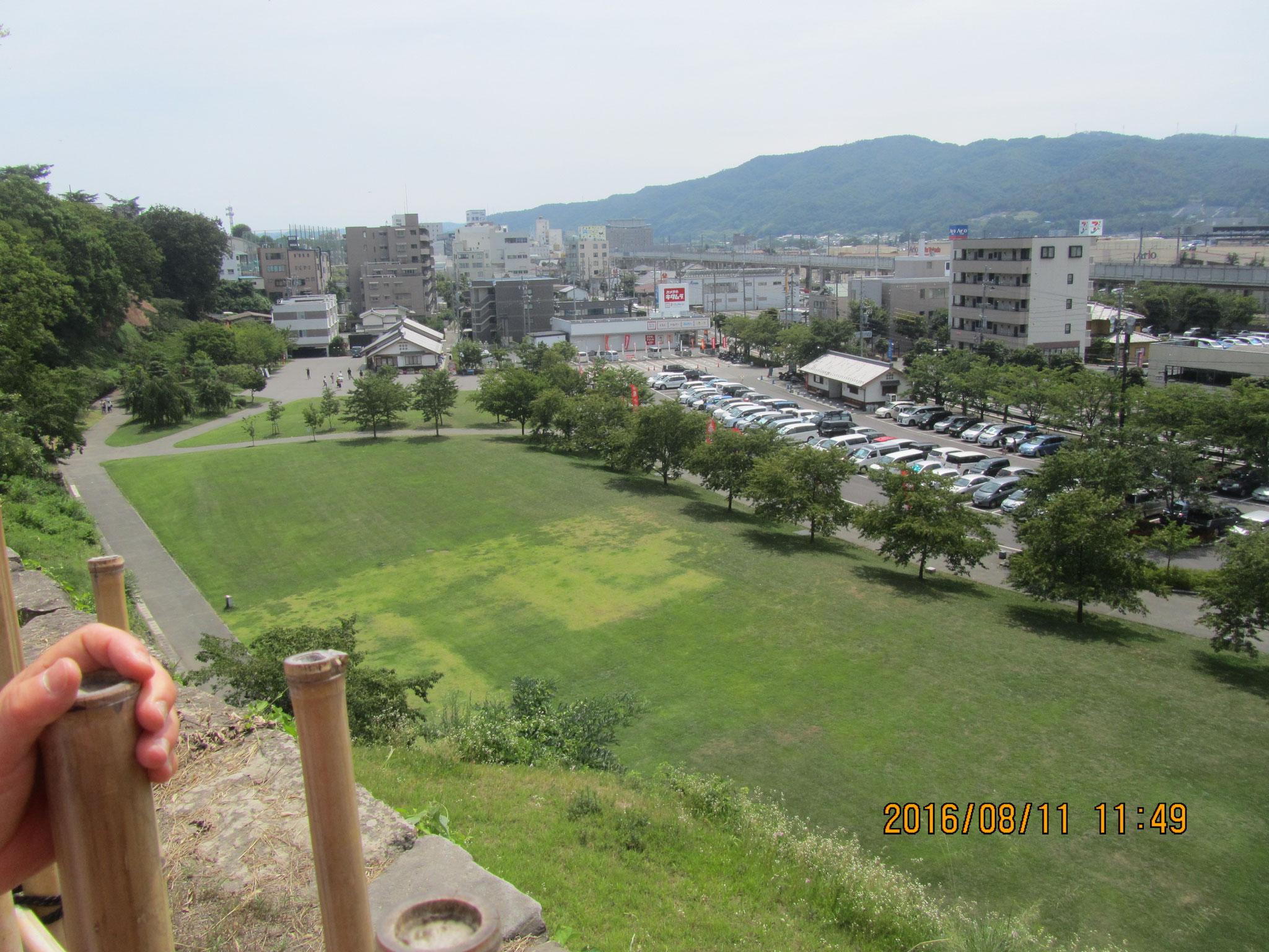 西櫓(にしやぐら)から尼ヶ淵(あまがふち)を望む。  往時は千曲川の分流を水堀(みずぼり)にしていました。  現在は公園になっています。