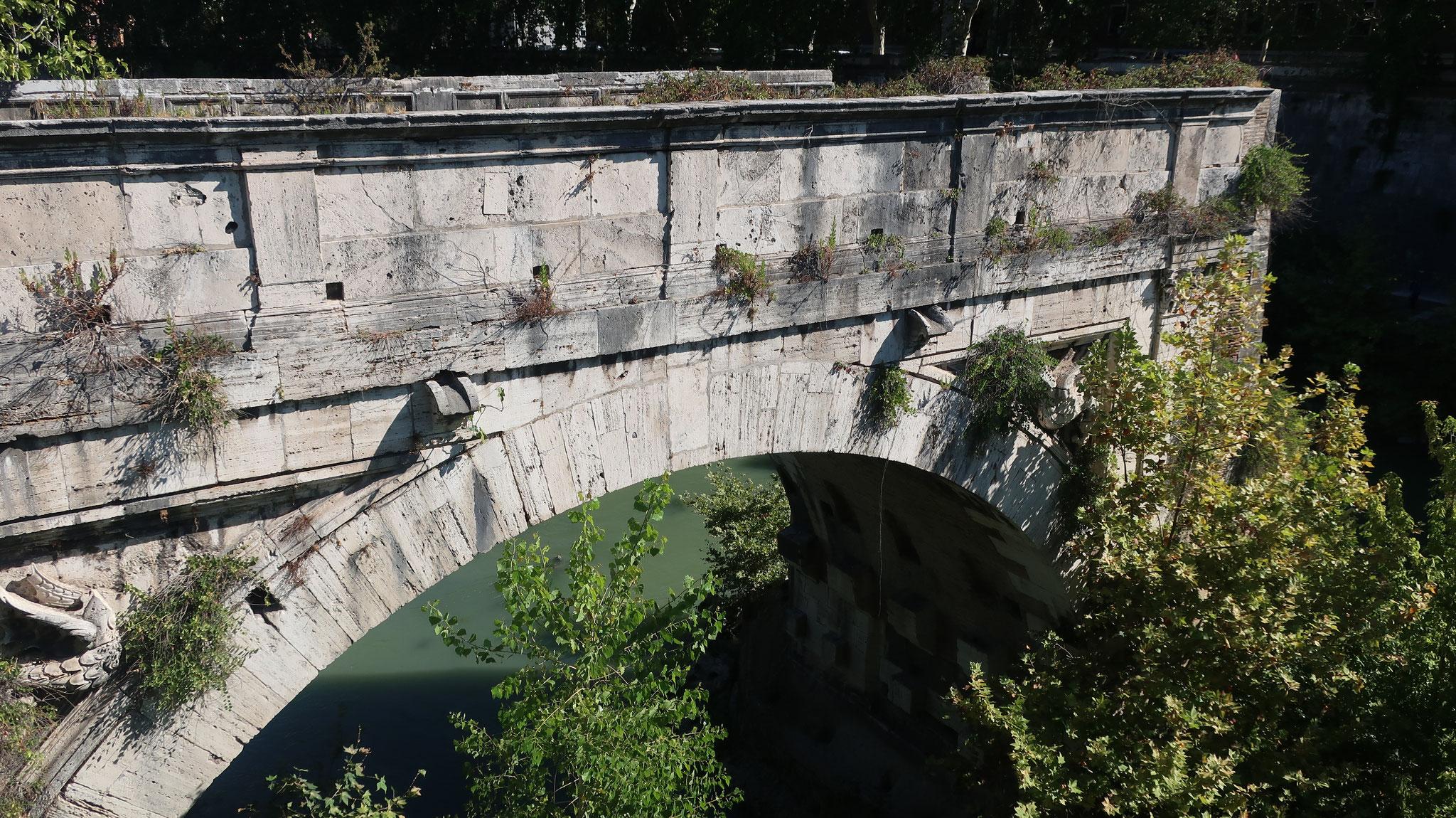 「ロット橋(壊れた橋)」。かつてのアエミリウス橋。古代ローマ時代最古の石造りの橋(紀元前2世紀)。16世紀の洪水で途中から崩落しました。