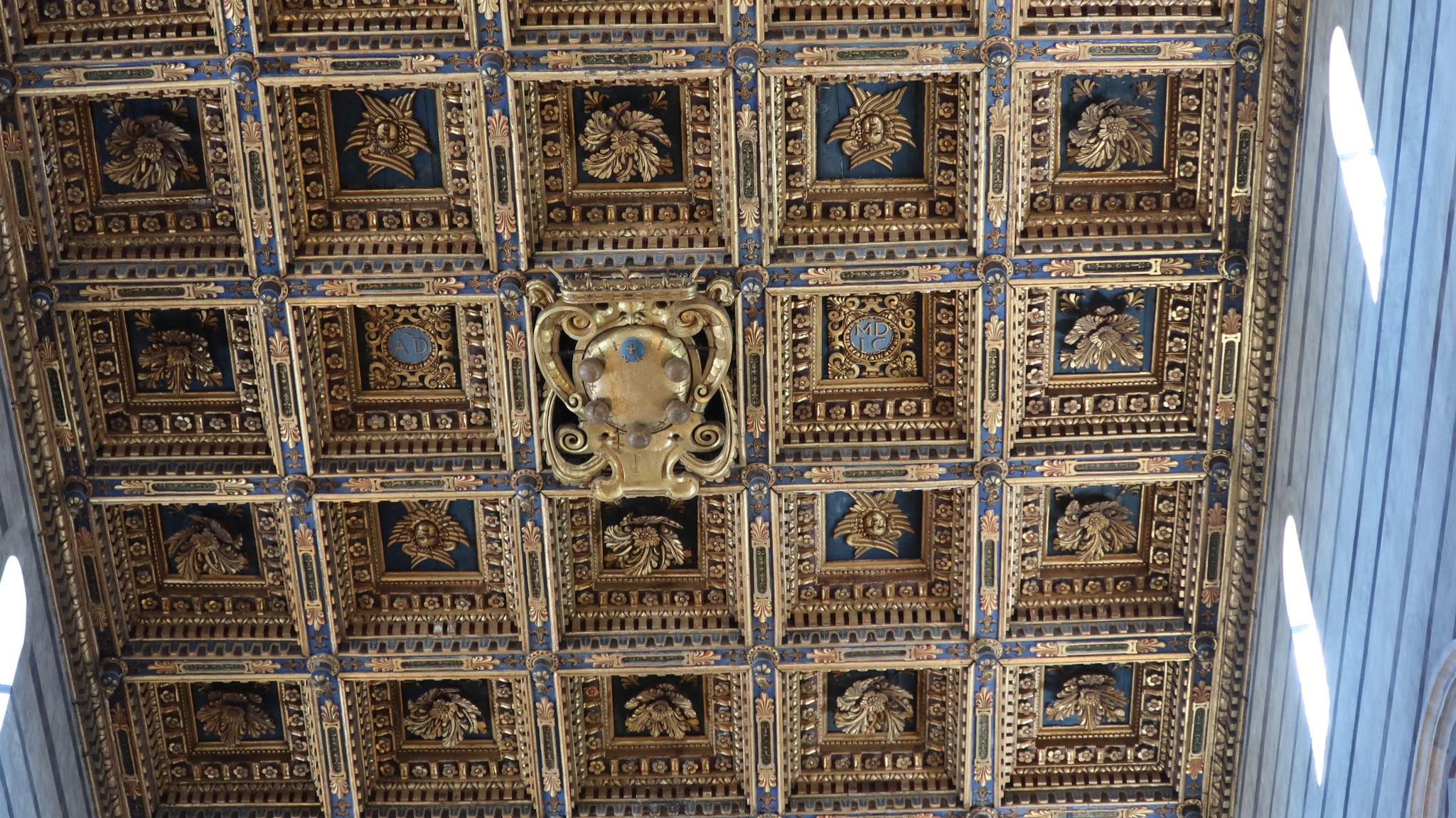 天井を覆う格間(こうしま)は16世紀の物です。天井中央にはメディチ家紋章。