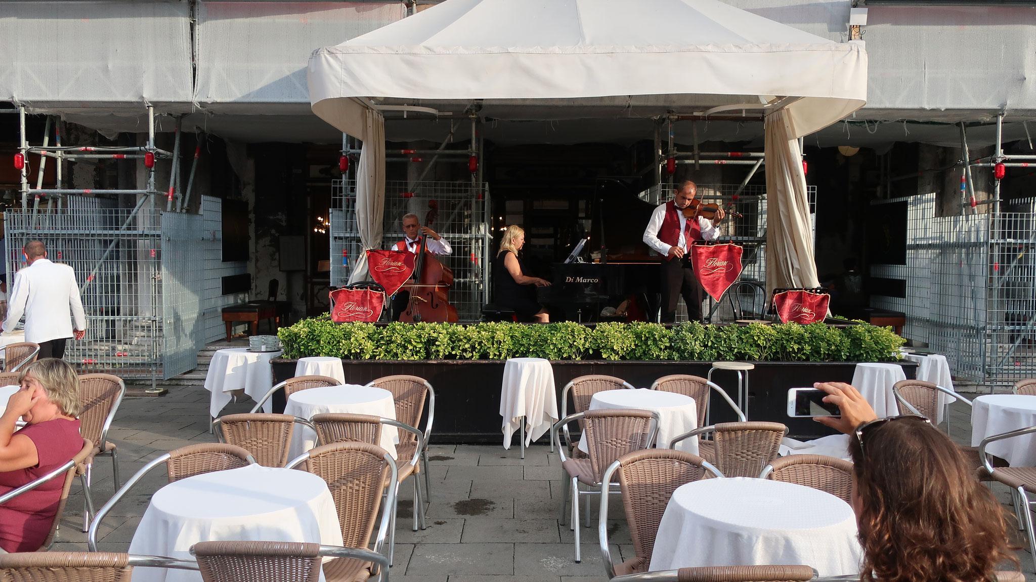 映画「旅情」でキャサリン・へップバーンが彼と出会ったのが、カフェ・フローリアンのテラスです。
