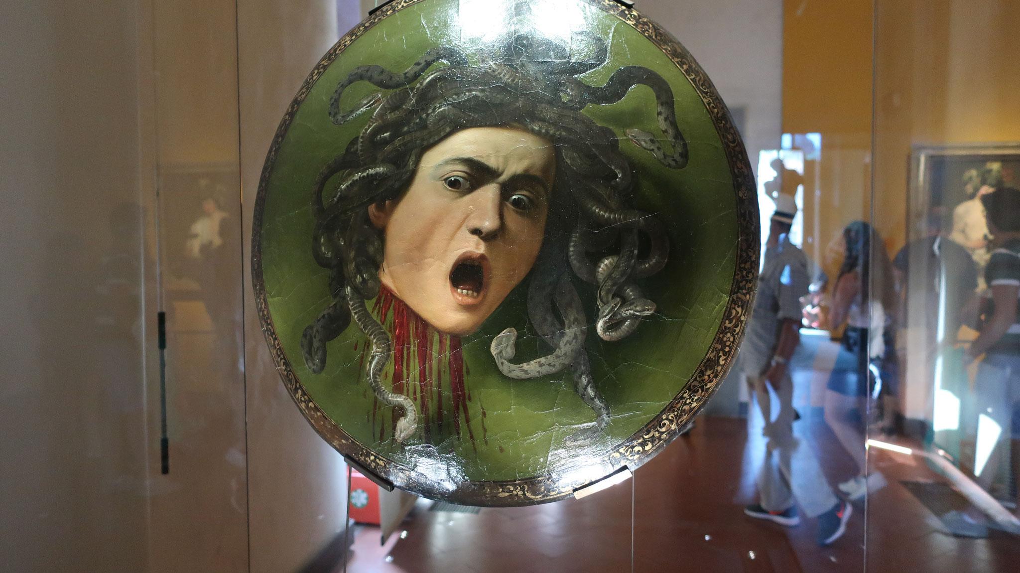 メドゥーサの首。メドゥーサは髪の毛が蛇で、睨みつけた相手を石に変えてしまう怪物です。勇者ペルセウスは盾に映った怪物を見ながら首を討ちました。