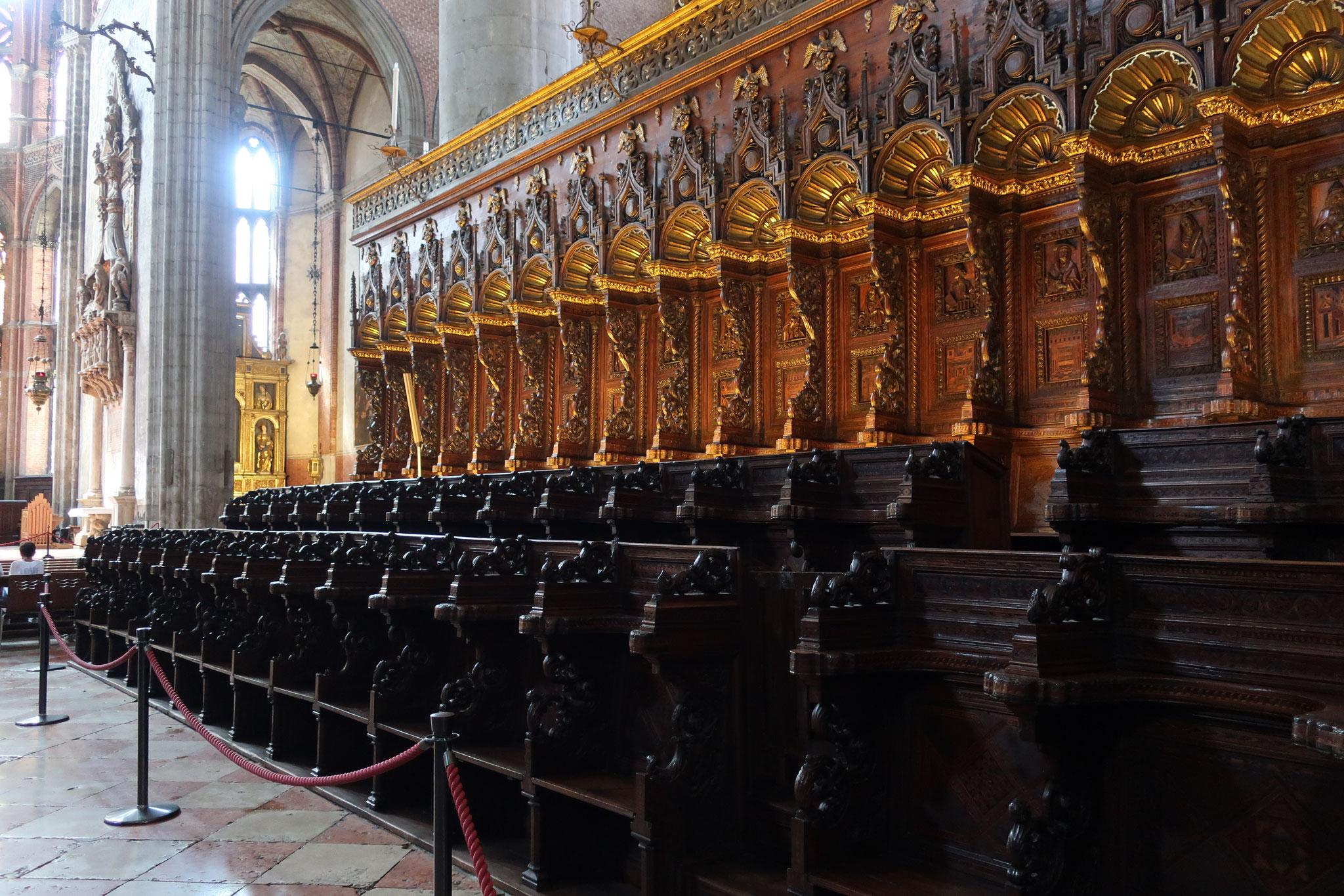 聖歌隊席。1475年、 ゴシック・ルネッサンス様式。大理石の上塗りが施してあり、彫刻を施したひじ掛け椅子も見事。