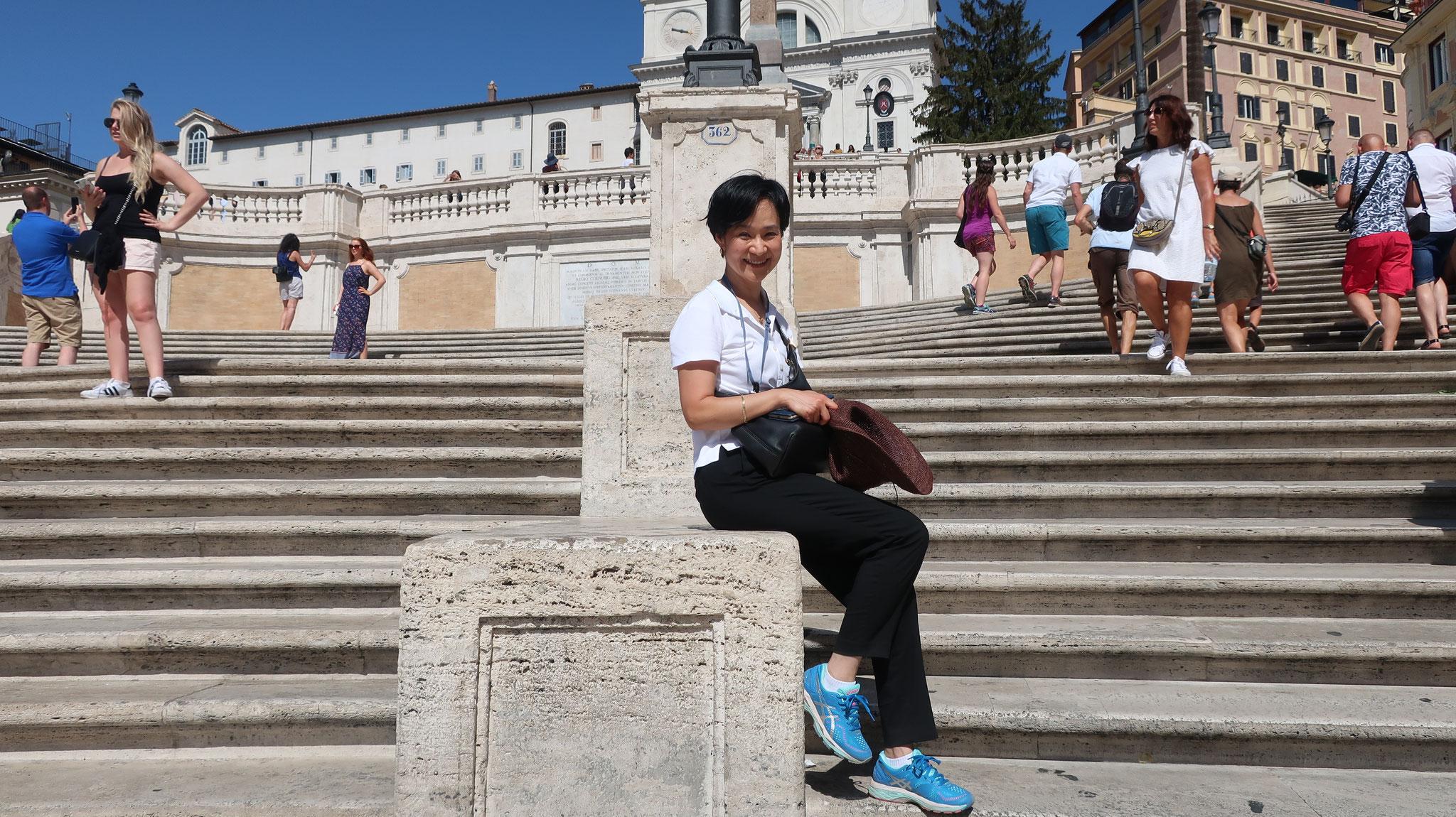 「ローマの休日」でオードリー・ヘップバーンがここに座ってアイスクリームを舐めている時にグレゴリー・ペックが声を掛けました。すると、彼女は、手に持っていたコーンをポイ捨てしました!