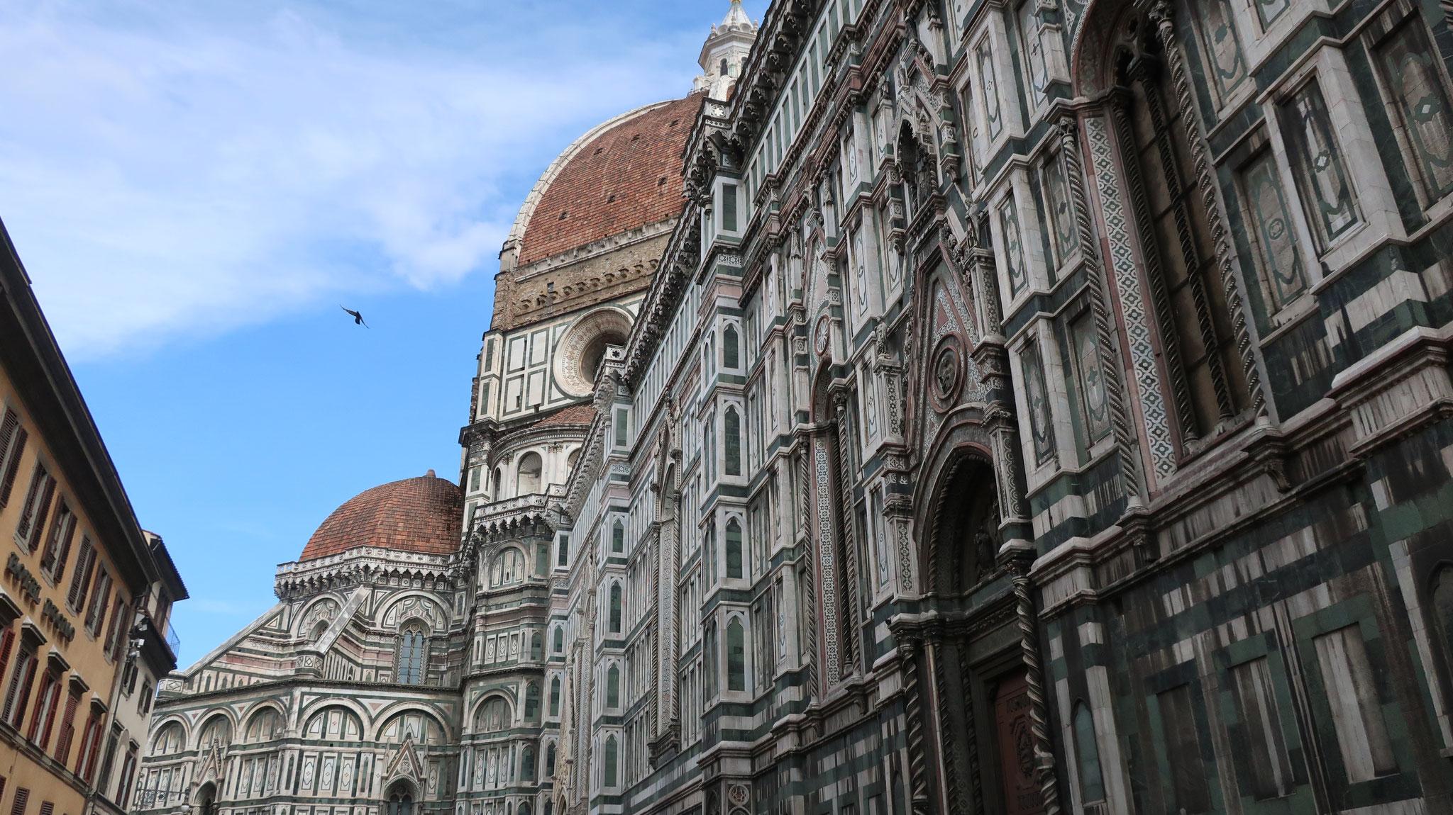 フィレンツェの象徴。 当時のフィレンツェの隆盛にふさわしく、「できる限り荘厳かつ豪勢」を旨として、13世紀、A.ディ・カンビオによって建築が始められました。
