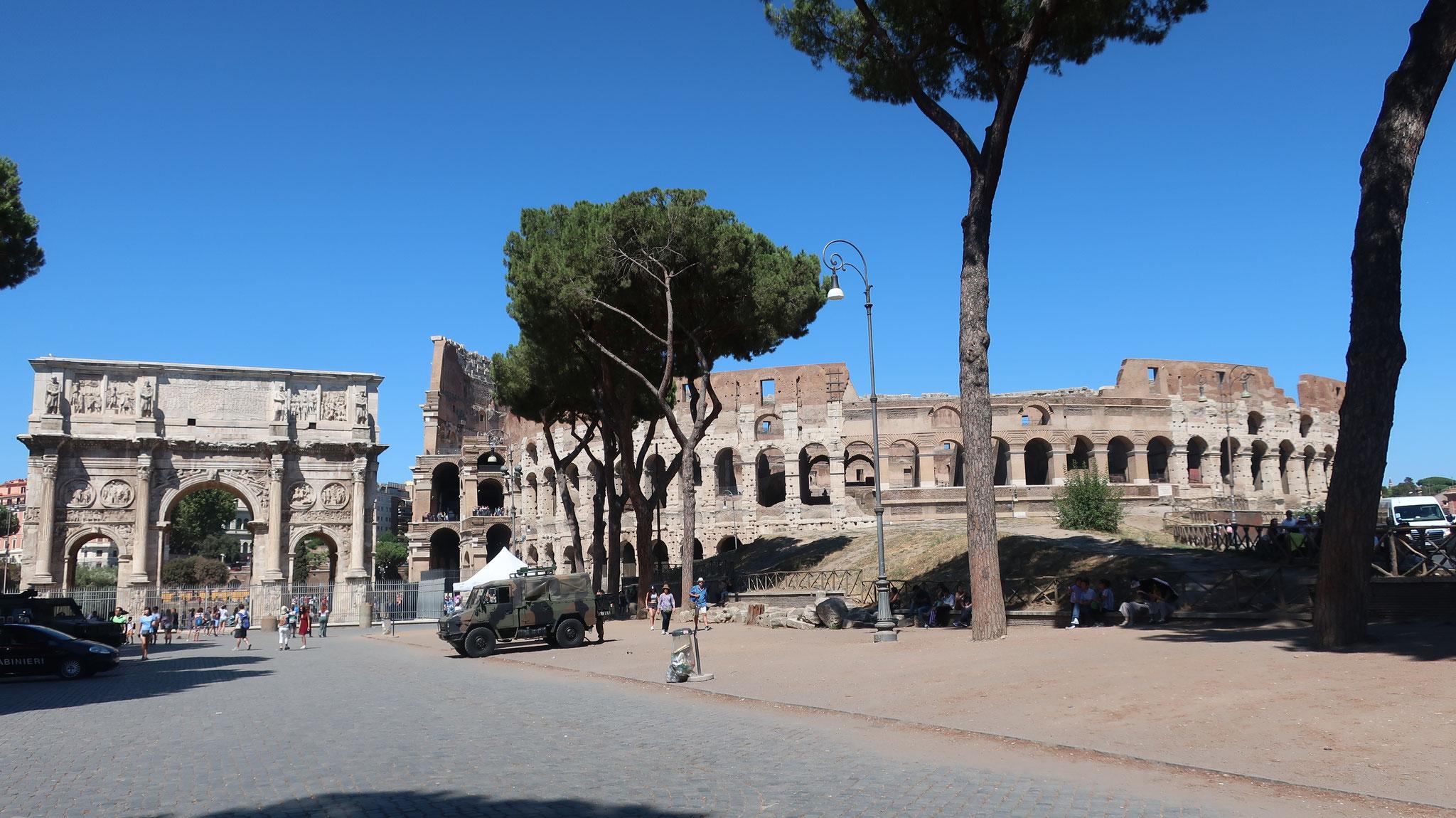 コンスタンティヌス帝の凱旋門とコロッセオ