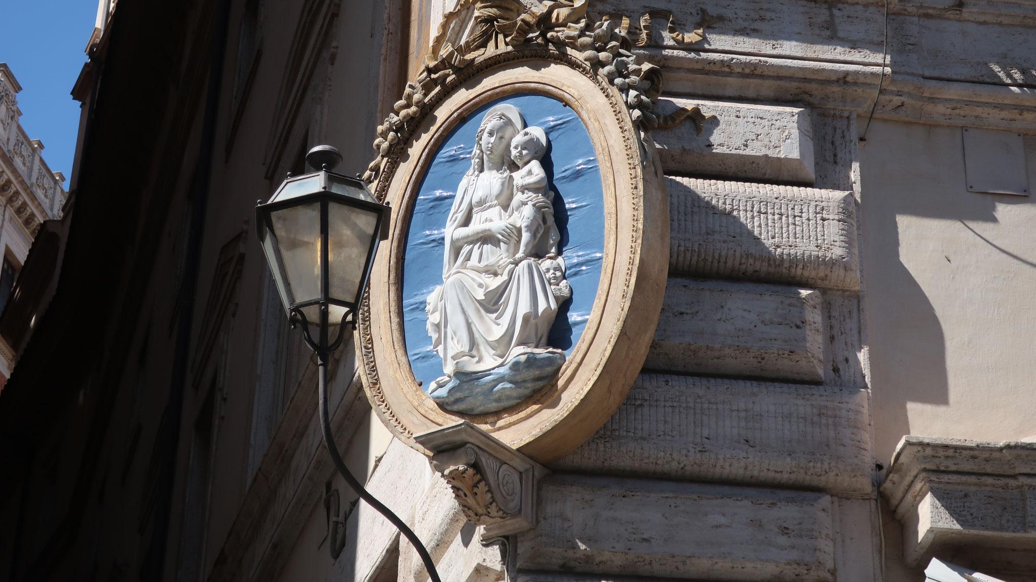 宮殿の角に聖母子像