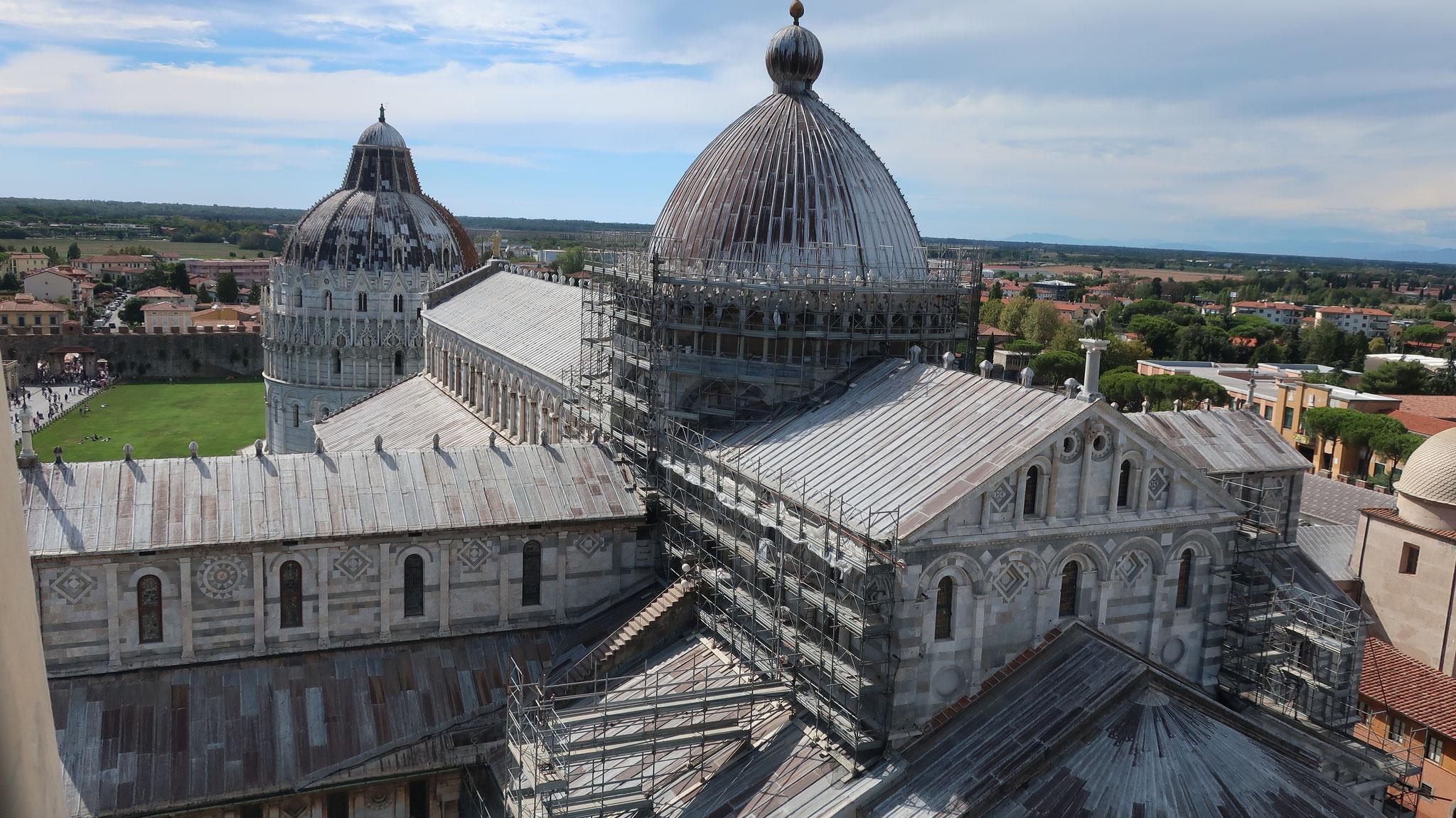 斜塔から大聖堂と礼拝堂を見下ろします。