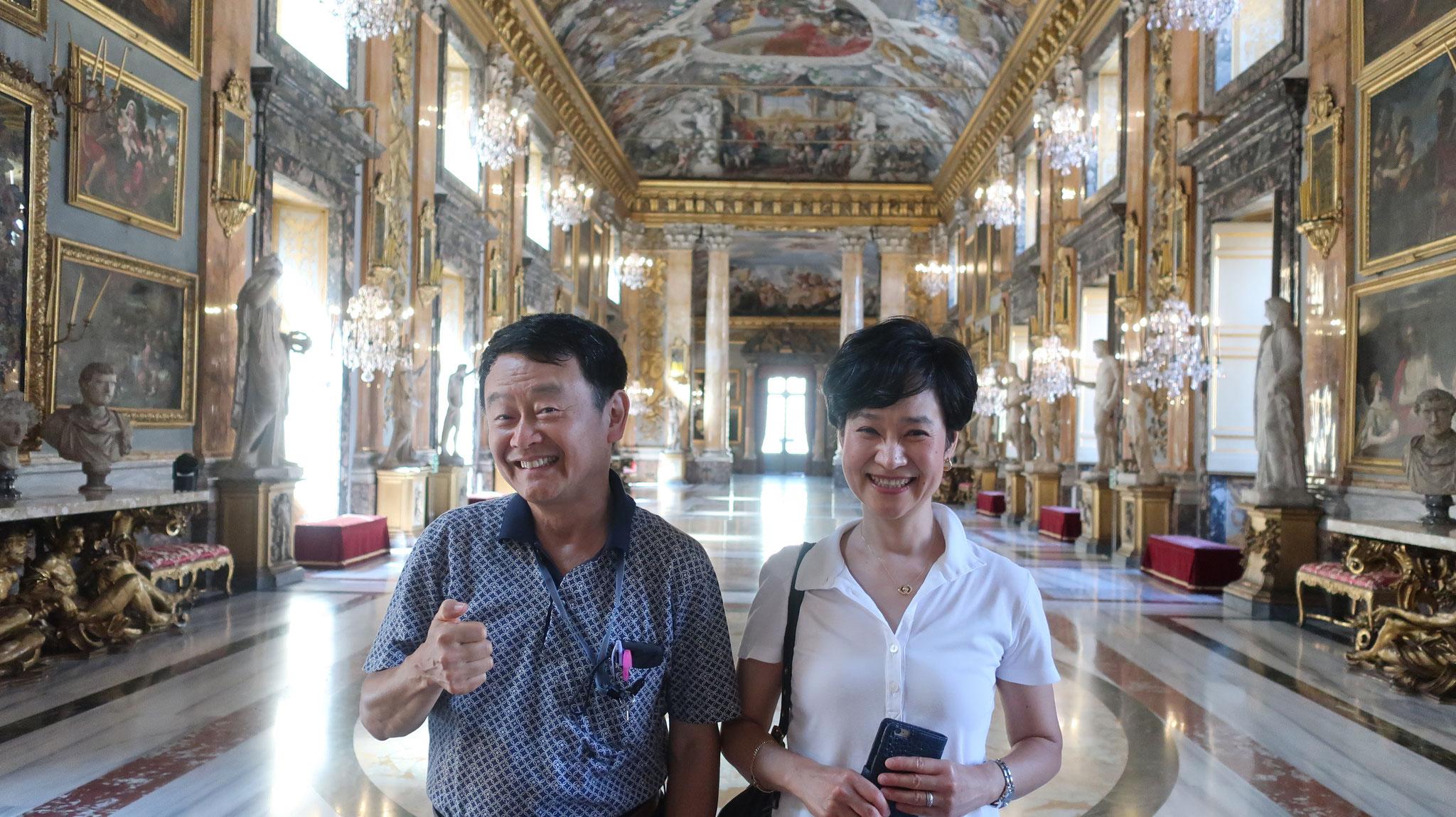 王女の記者会見の最後に、王女が階段を降り、最前列の記者達に挨拶しました。この時、カメラマンがライターのカメラで王女を撮影しました。その真似です。