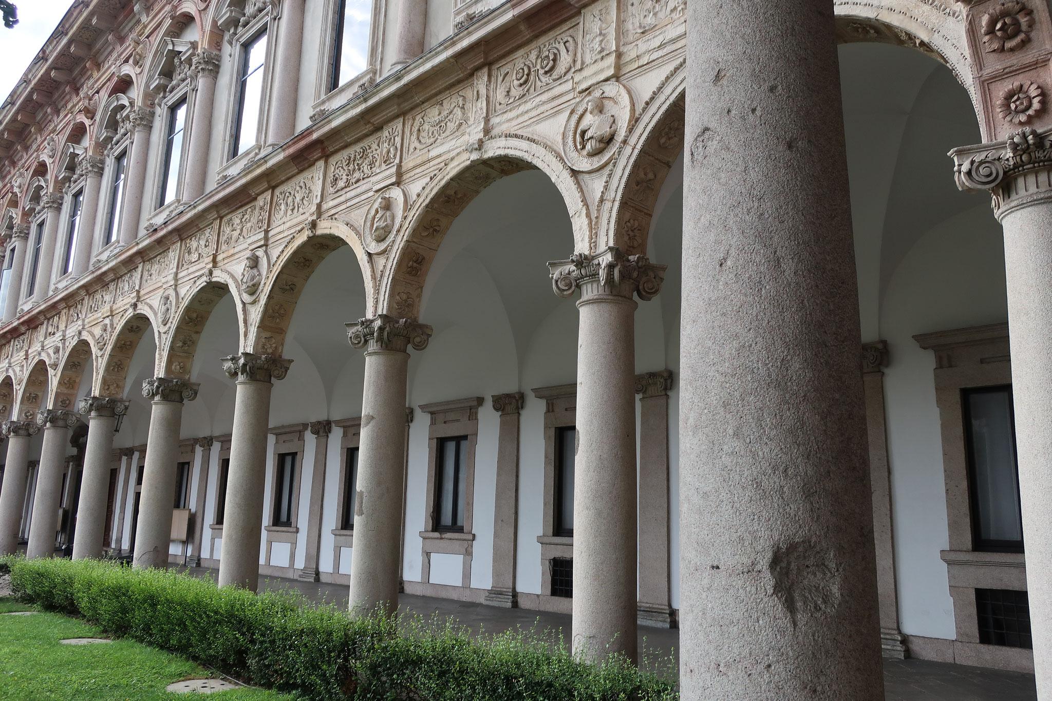 旧マッジョーレ病院:「カ・グランダ」(偉大なる館)とも呼ばれます。現在は、ミラノ大学人間学部のキャンパス。