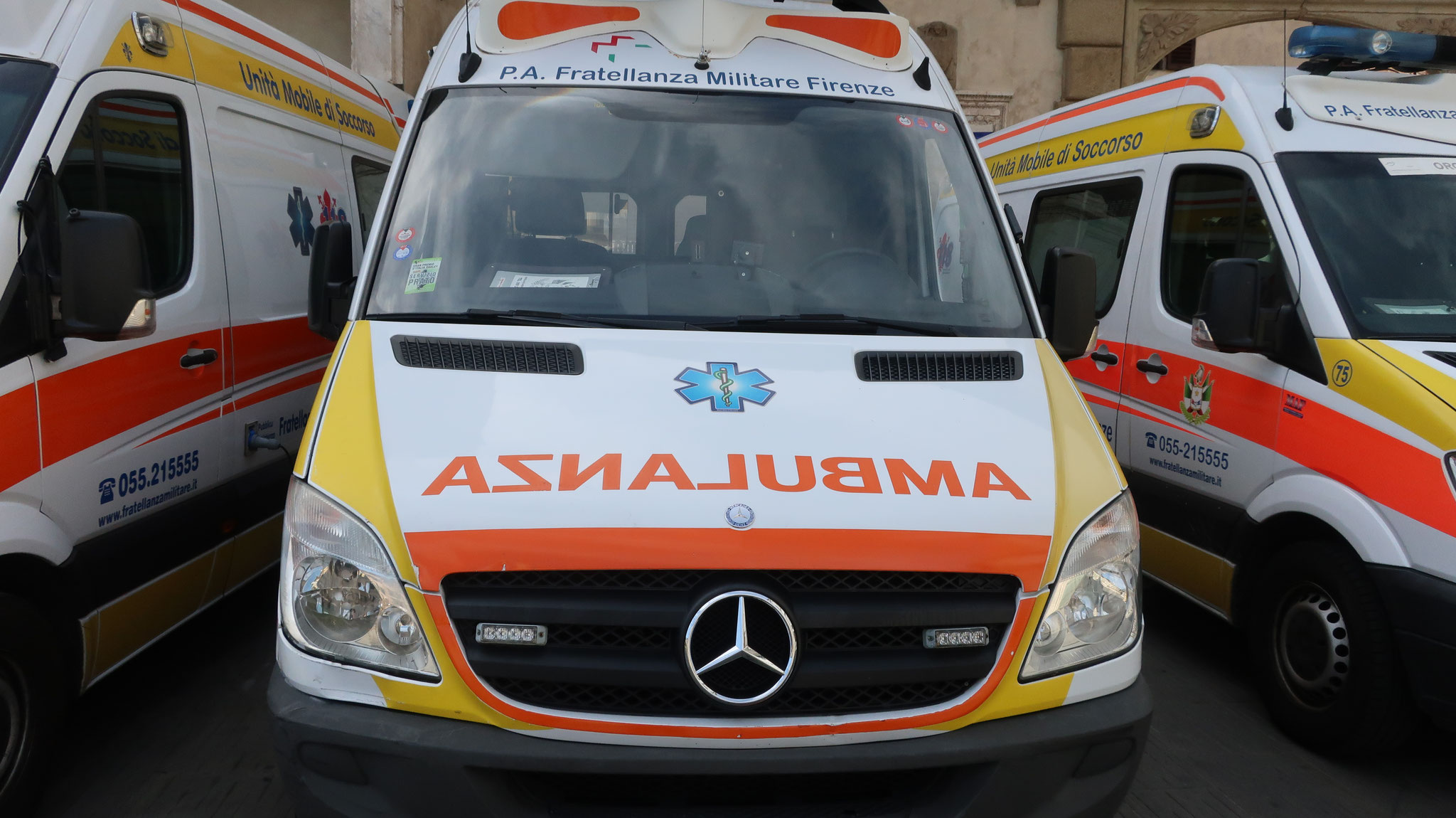 前を走る車のバックミラーに映るとAMBULANZA(救急車)と読めるように逆さ文字で書かれています。
