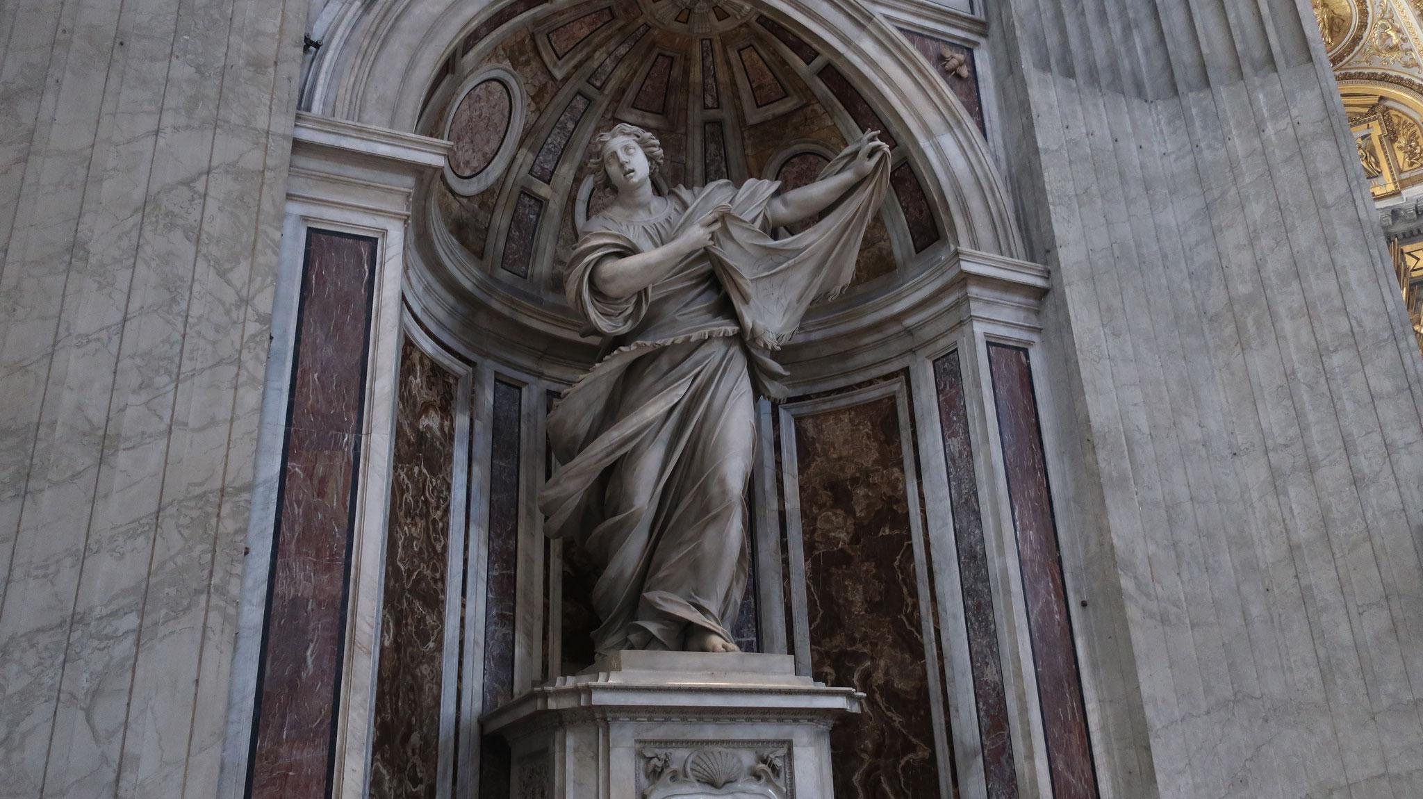 聖ヴェロニカ像、ベルニーニ作。十字架を背負ったキリストの顔をぬぐった布を手にしています。