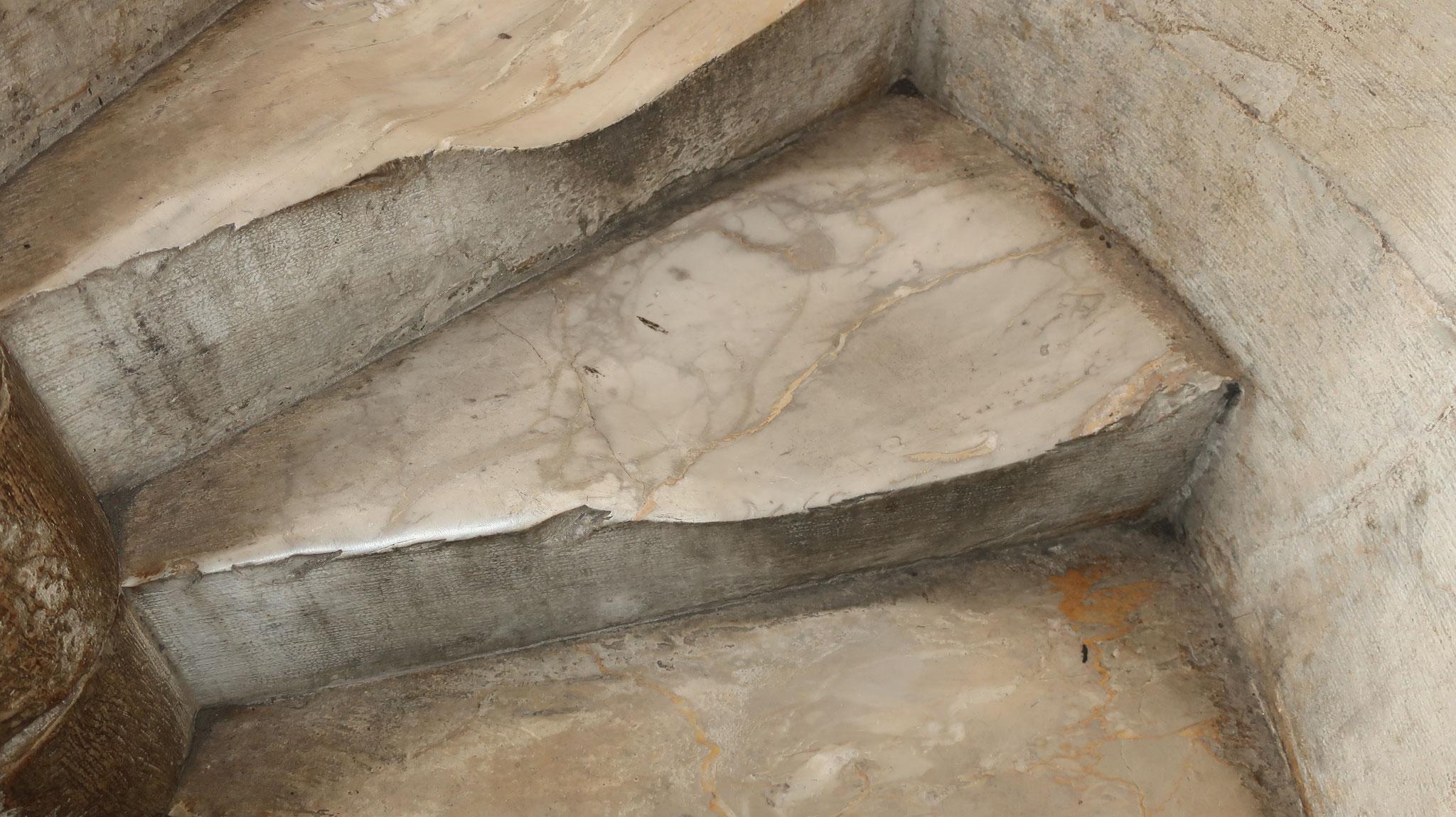 石の階段がこんなにすり減っています。