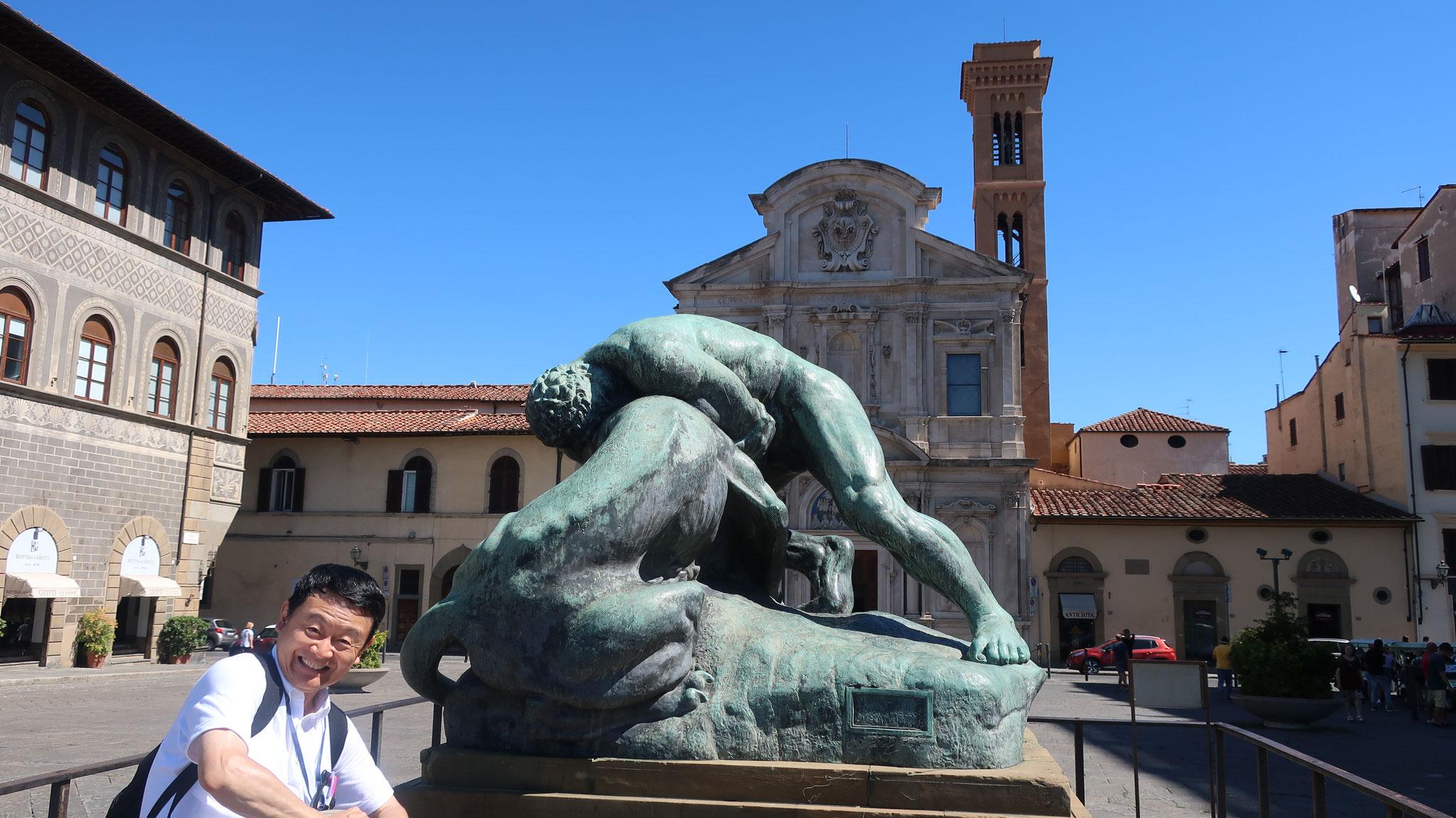 オーニッサンティ教会と「ヘラクレスの獅子退治」像。 ヘラクレスがライオンの首を締めつけ倒したというギリシャ神話に基づきます。