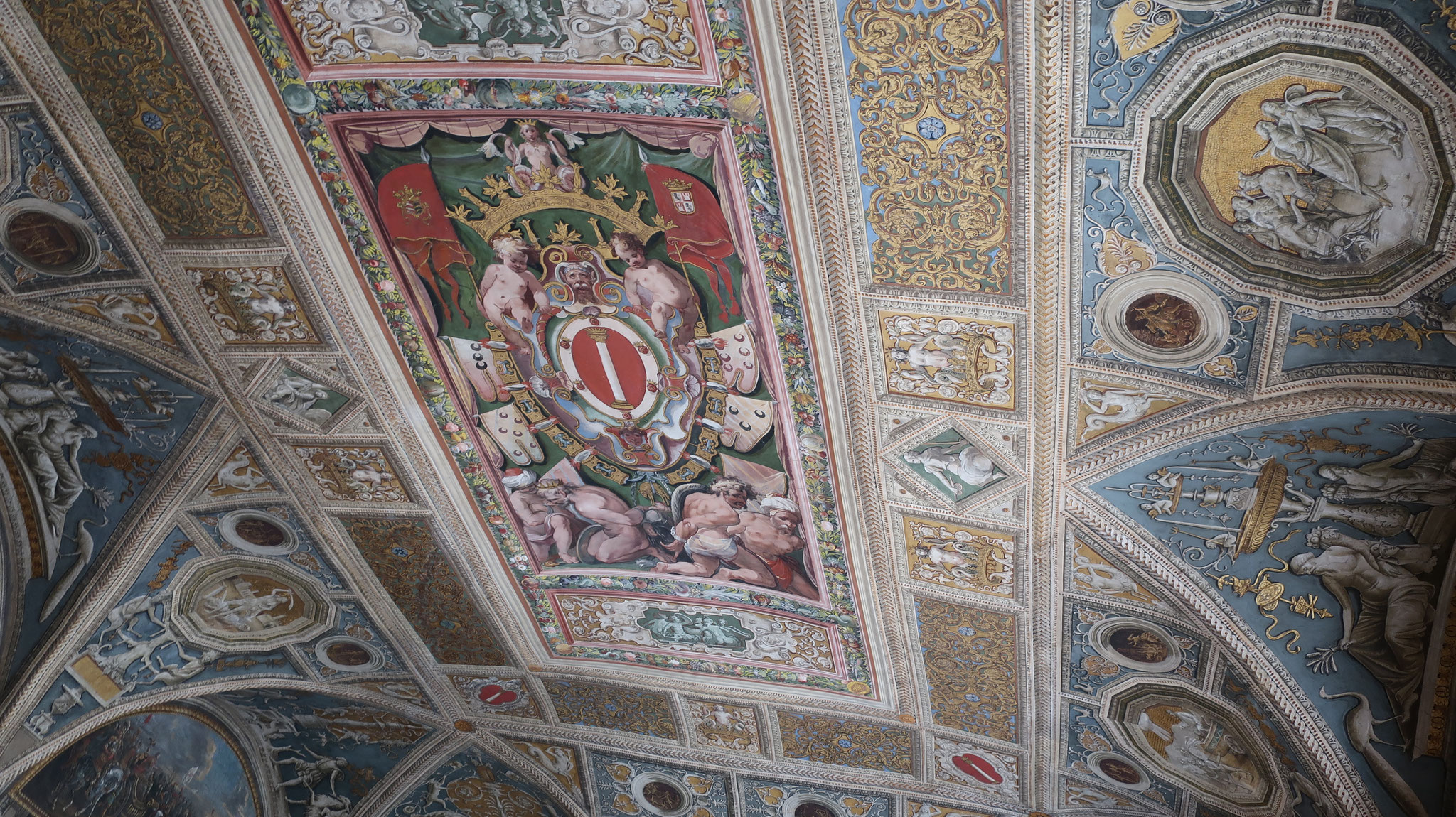 フォンターナ(噴水)の間の天井