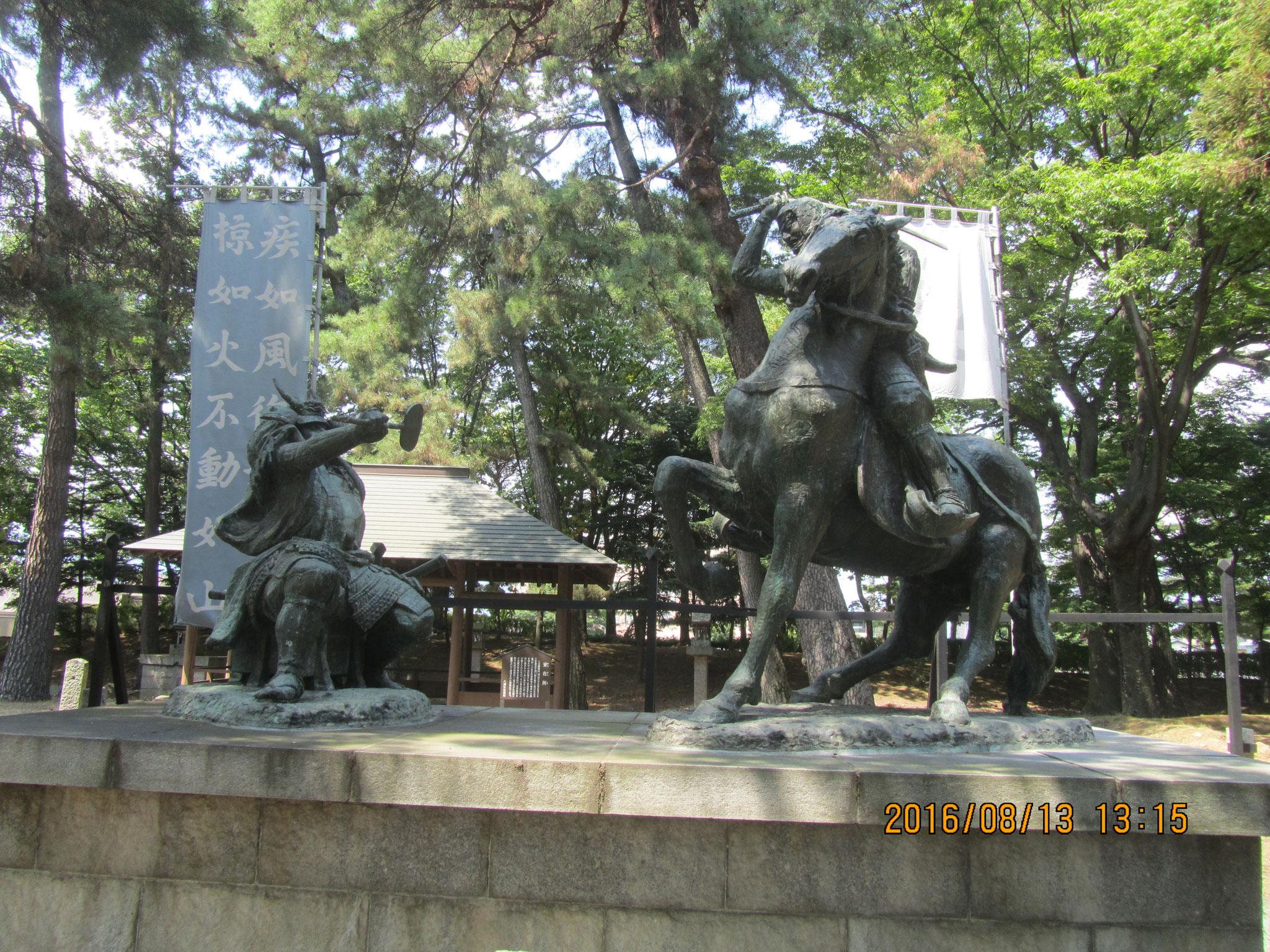 八幡原(はちまんばら)史跡公園にある信玄・謙信一騎討ちの像。永禄4年(1561年)の第四次川中島合戦における両雄激突。