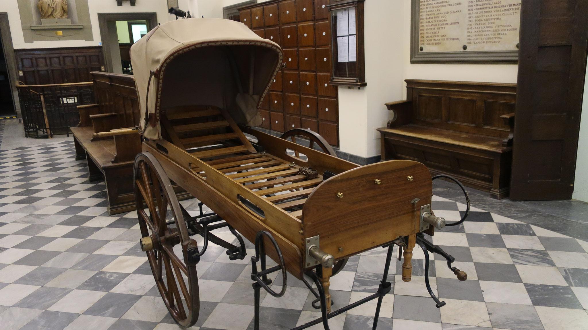 診療所の寝台車(昔の救急車)。
