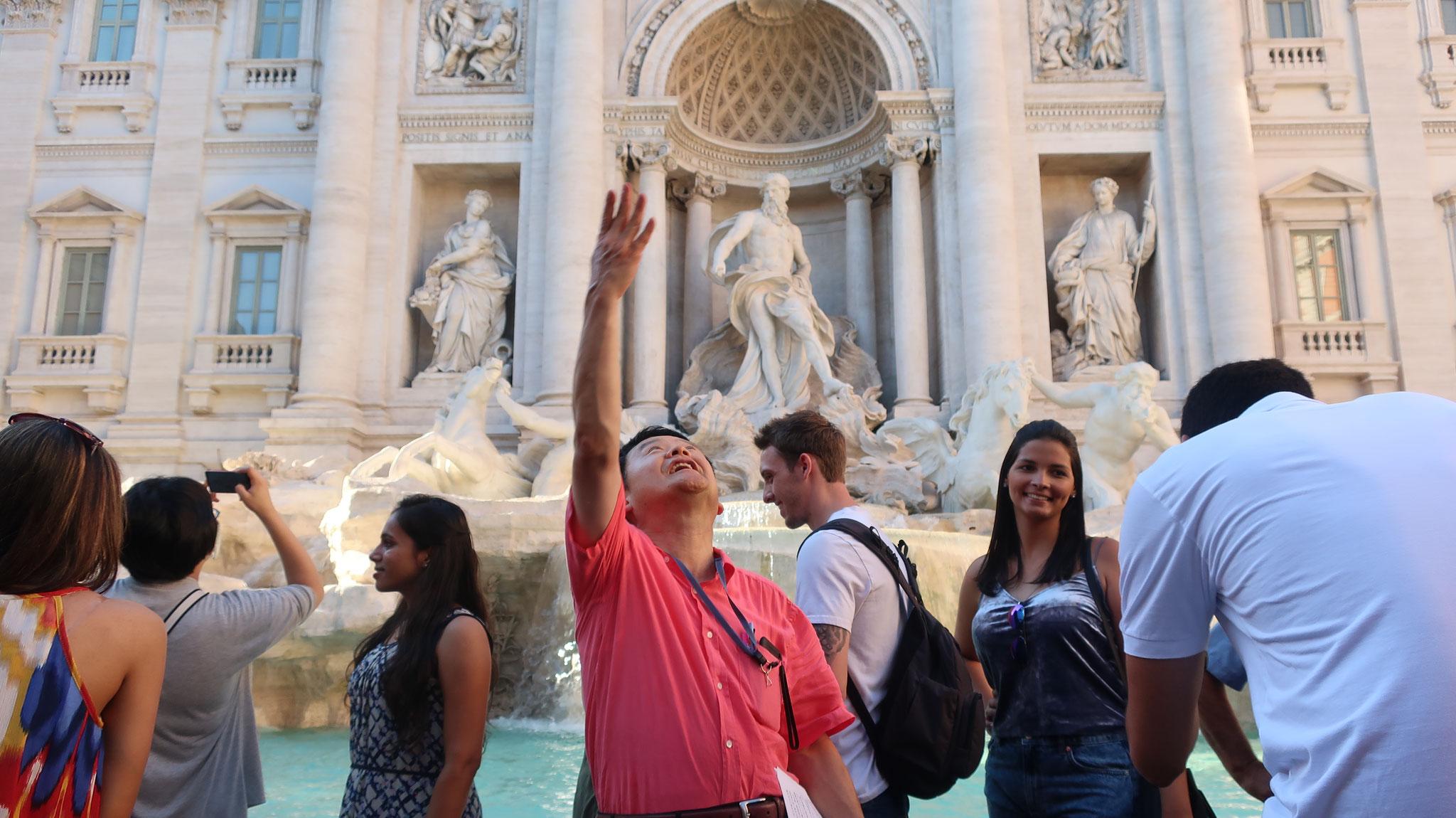 「再び、ローマに来られますように」と祈りながら、後ろ向きにコインを投げ入れます。