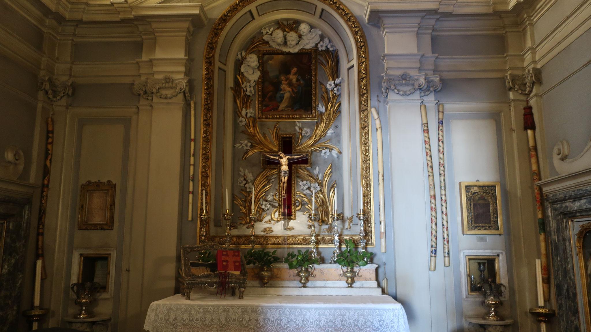 礼拝堂。十字架の上に「聖家族」、17世紀、キアリ作。