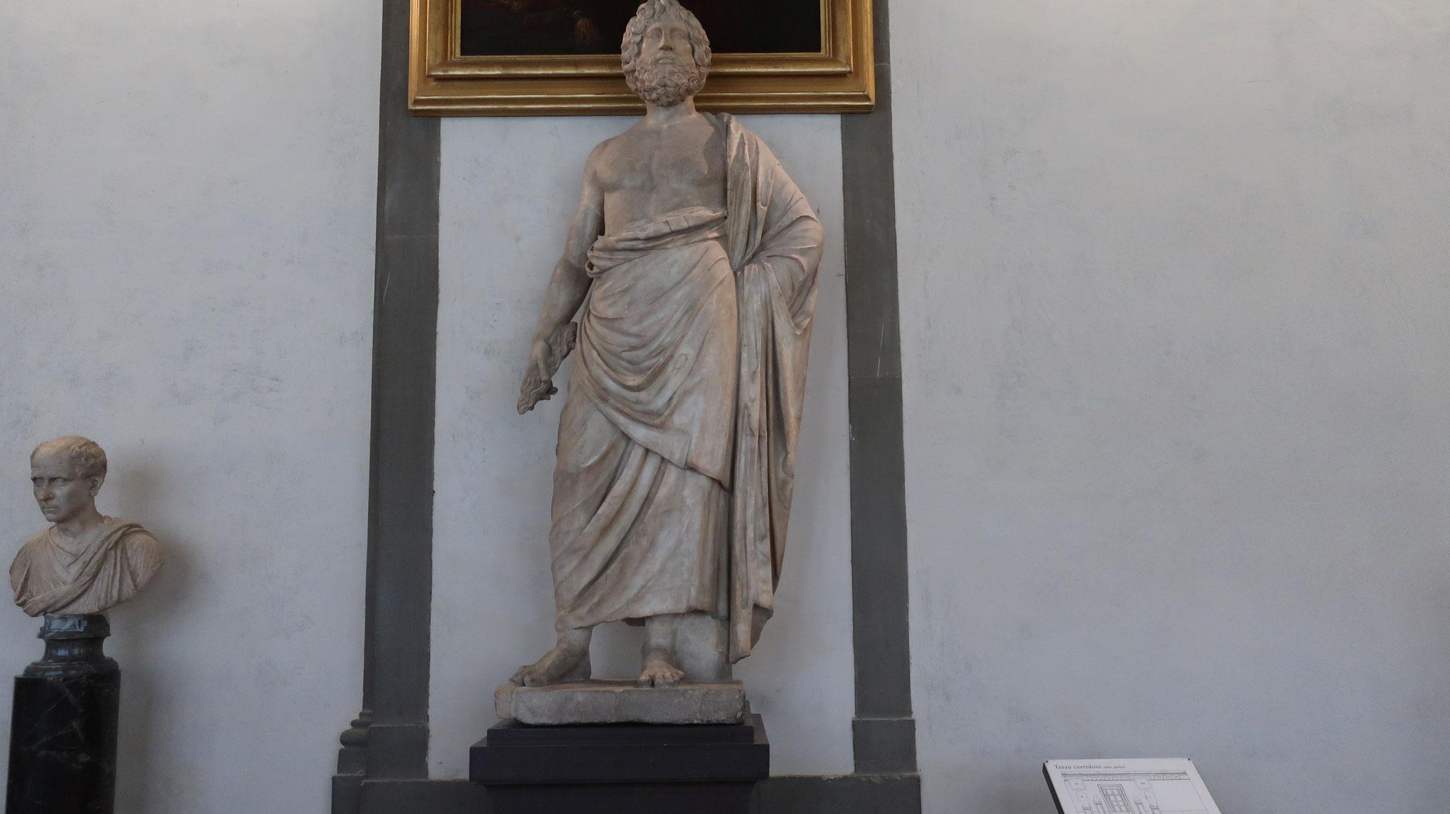 全能の神ゼウス像。古代ローマ時代の人は、アスクレピオス像の杖を取っ払ってこの像を作ったそうです。右手に握っているのは杖の根本の部分です。