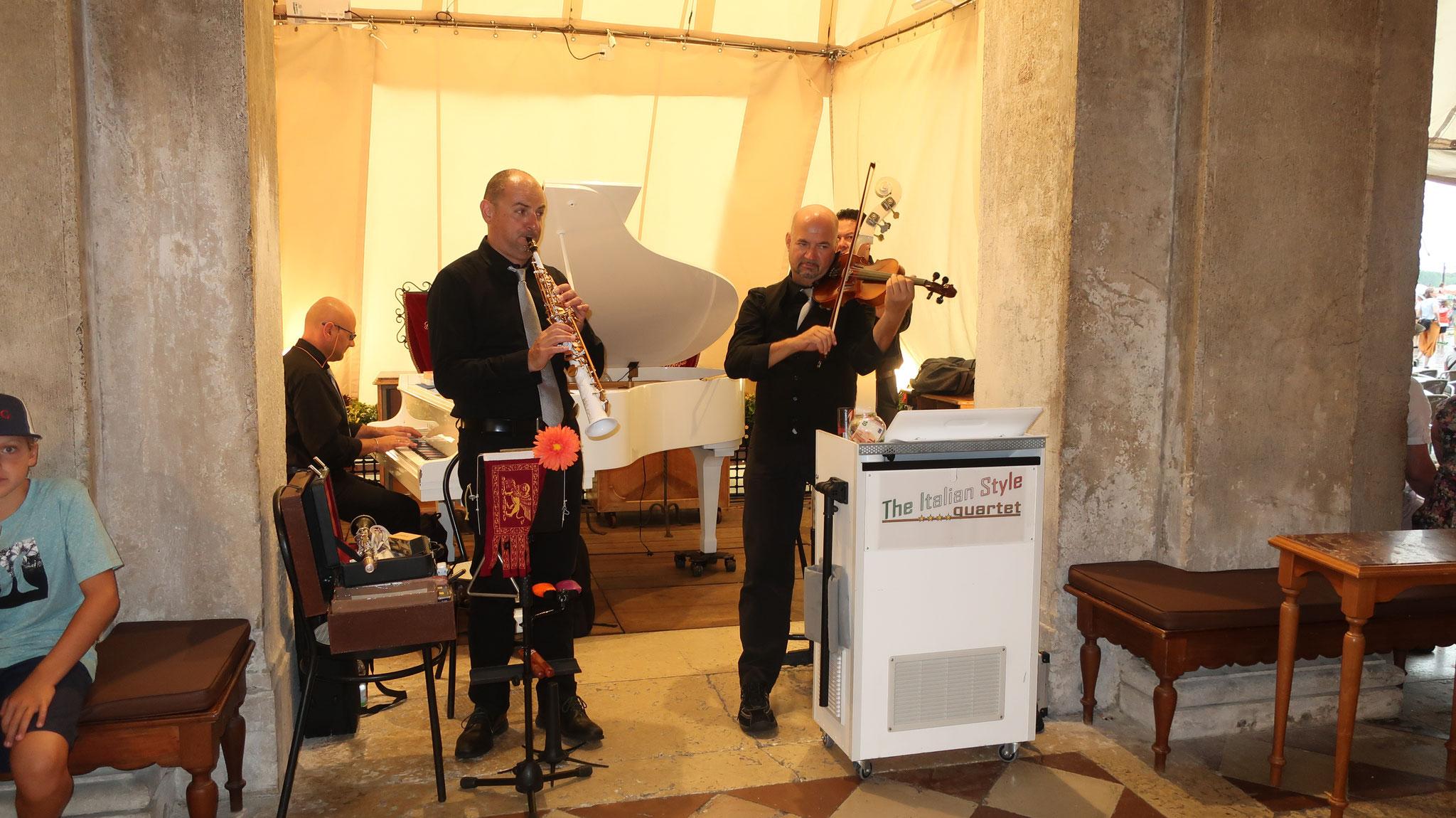 「カフェ・フローリアン」前のジャズ演奏