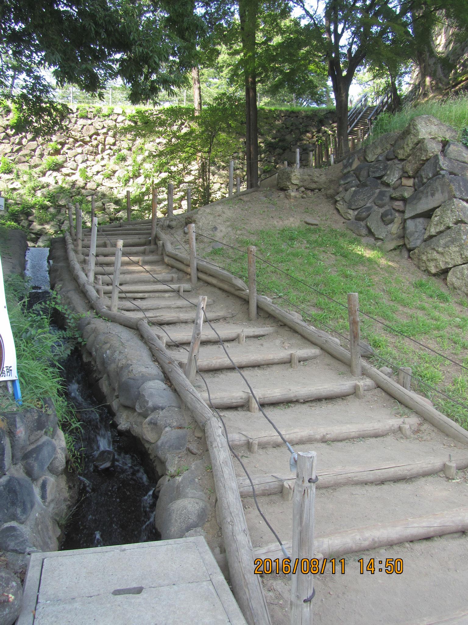 西櫓の裏口から尼が淵の船着き場に降りる非難用の階段。