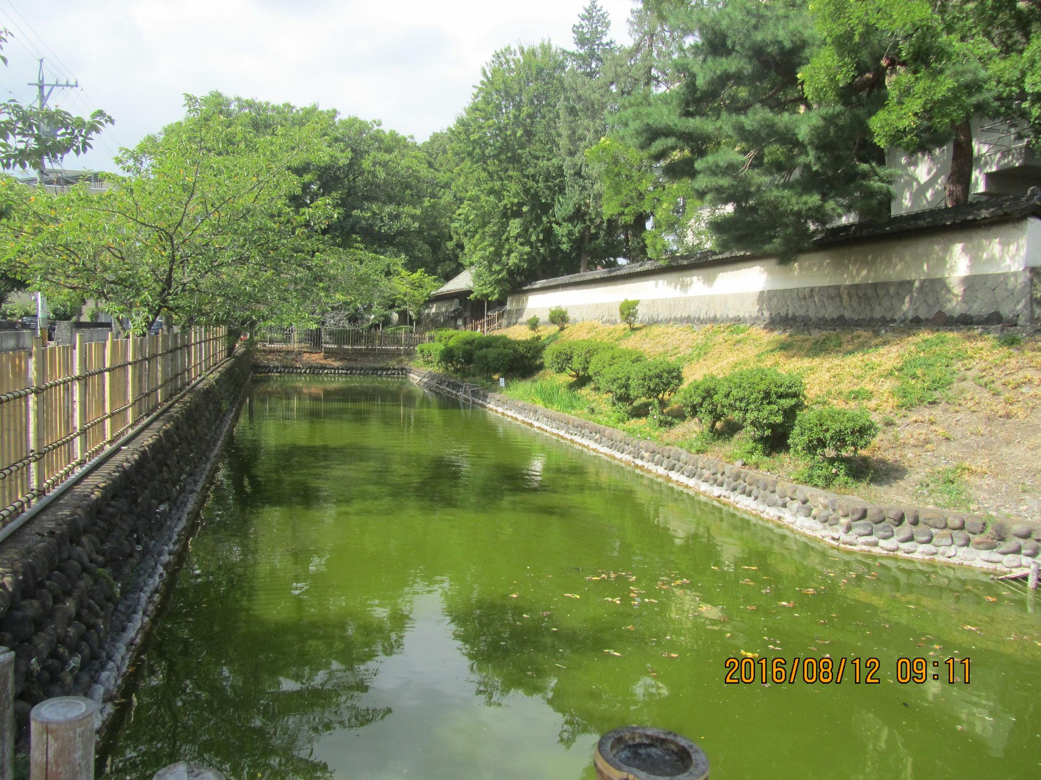 周囲を囲む土塁(どるい)と水堀は真田家が居住していた当時のまま残されています。