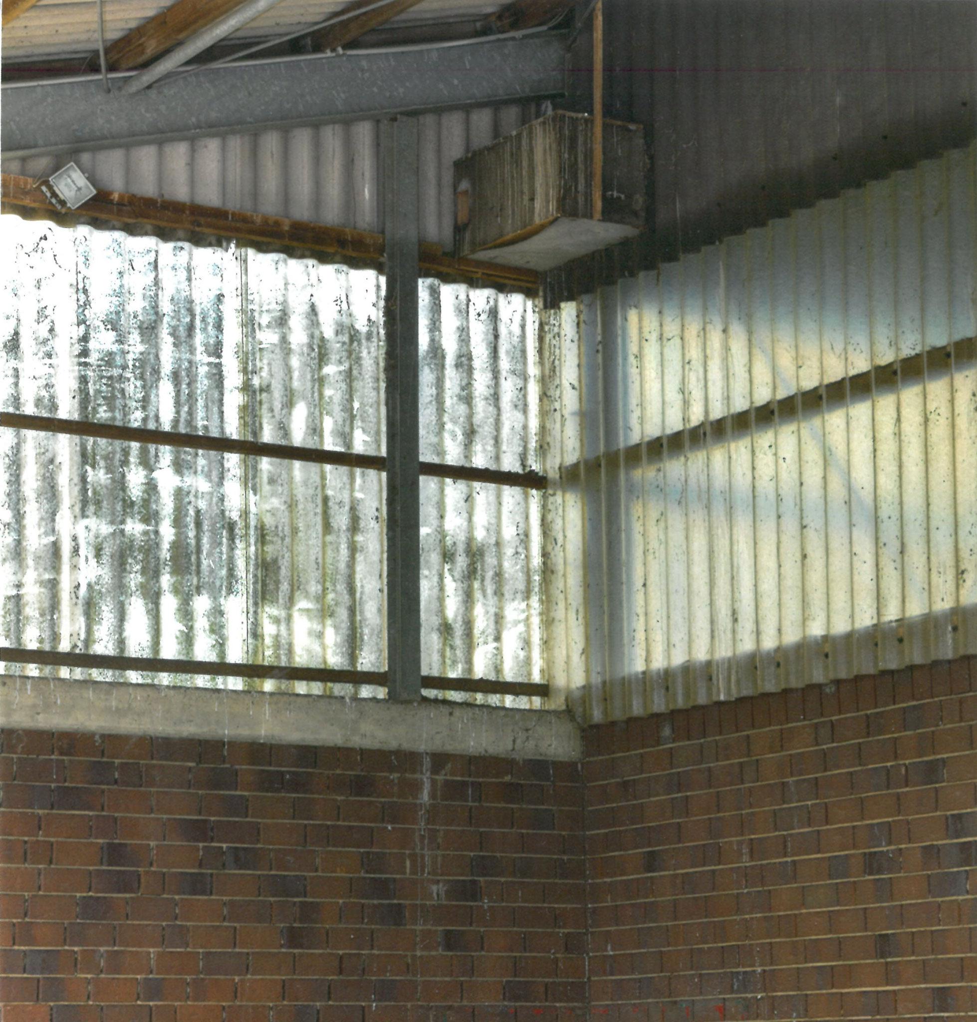 BiSchleiereulen-Nistkasten in der Lagerhalle an der Giebelwand hinter dem Eulenloch – Foto: Justus Röllgen
