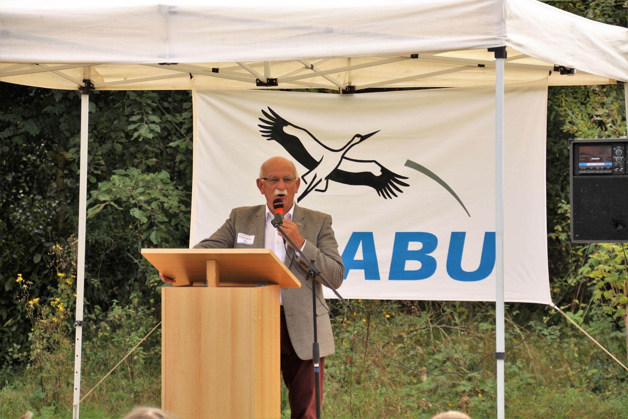 NABU Rhein-Erft Vorsitzender Wolfgang Dingarten moderiert die Jubiläums-Feier.