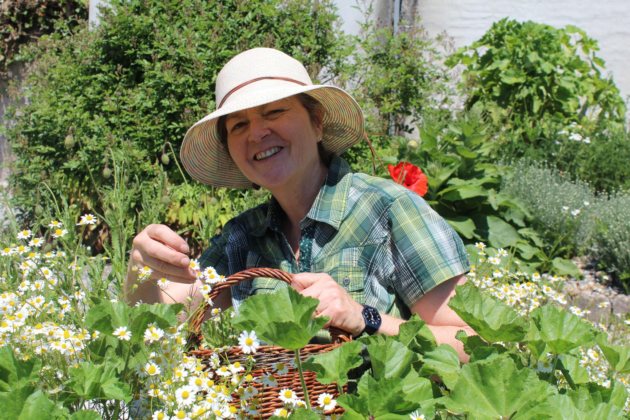 Katharina bei der Gartenpflege