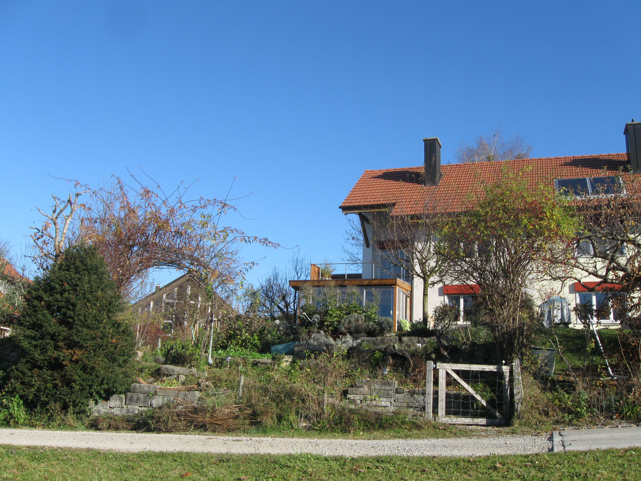 Der Garten mit dem Wintergarten, wo wir während den Kräutertagen oft sein werden