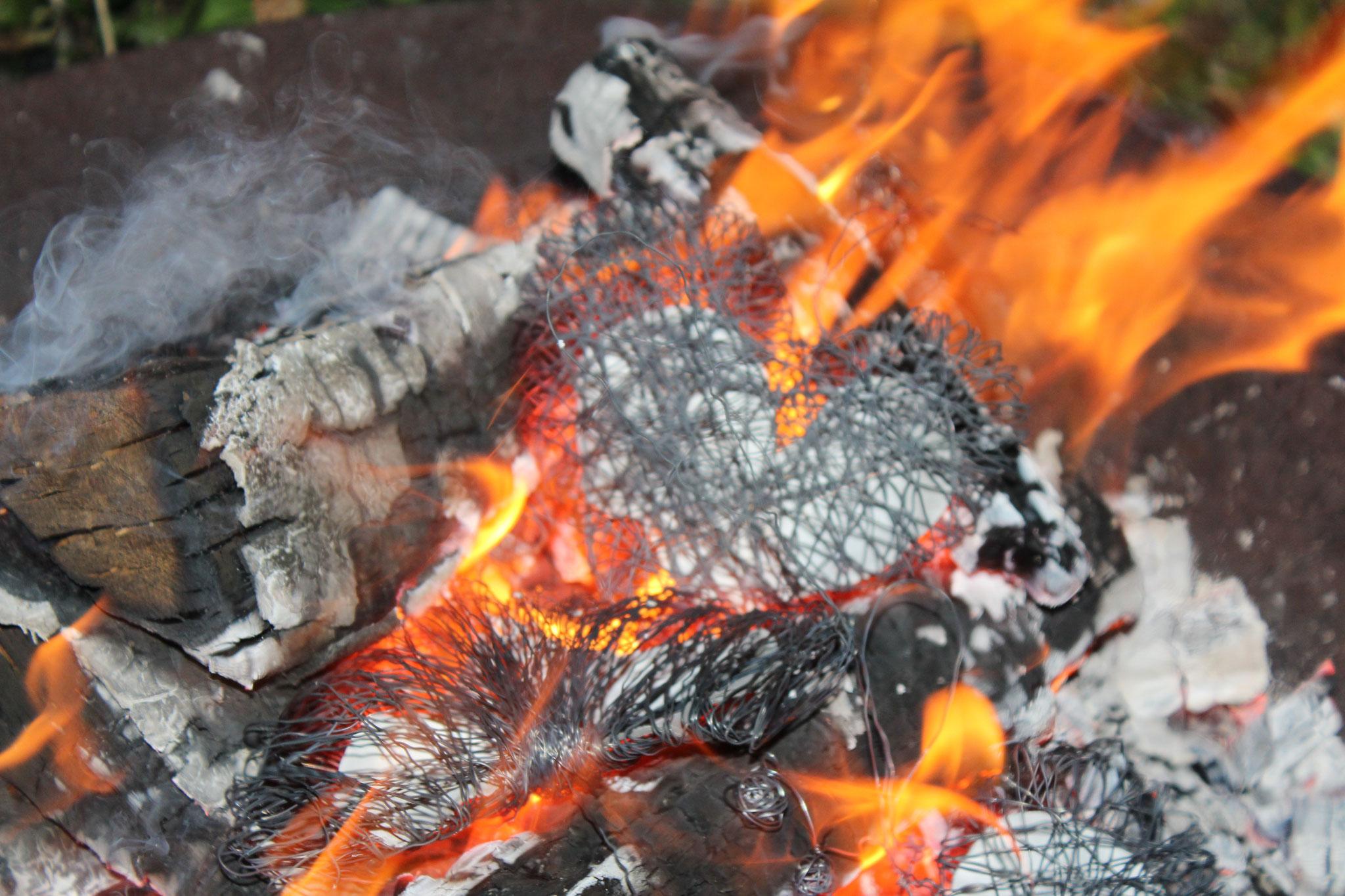 Ein selbst gebasteltes Herz dem Feuer übergeben