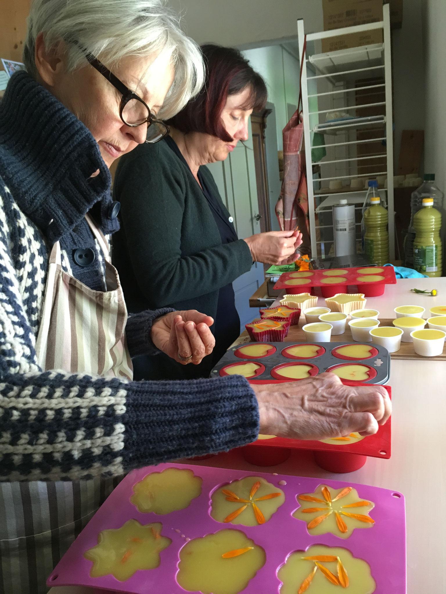 Herstellung von Kräuterseifen mit Ringelblumenblütenblätter