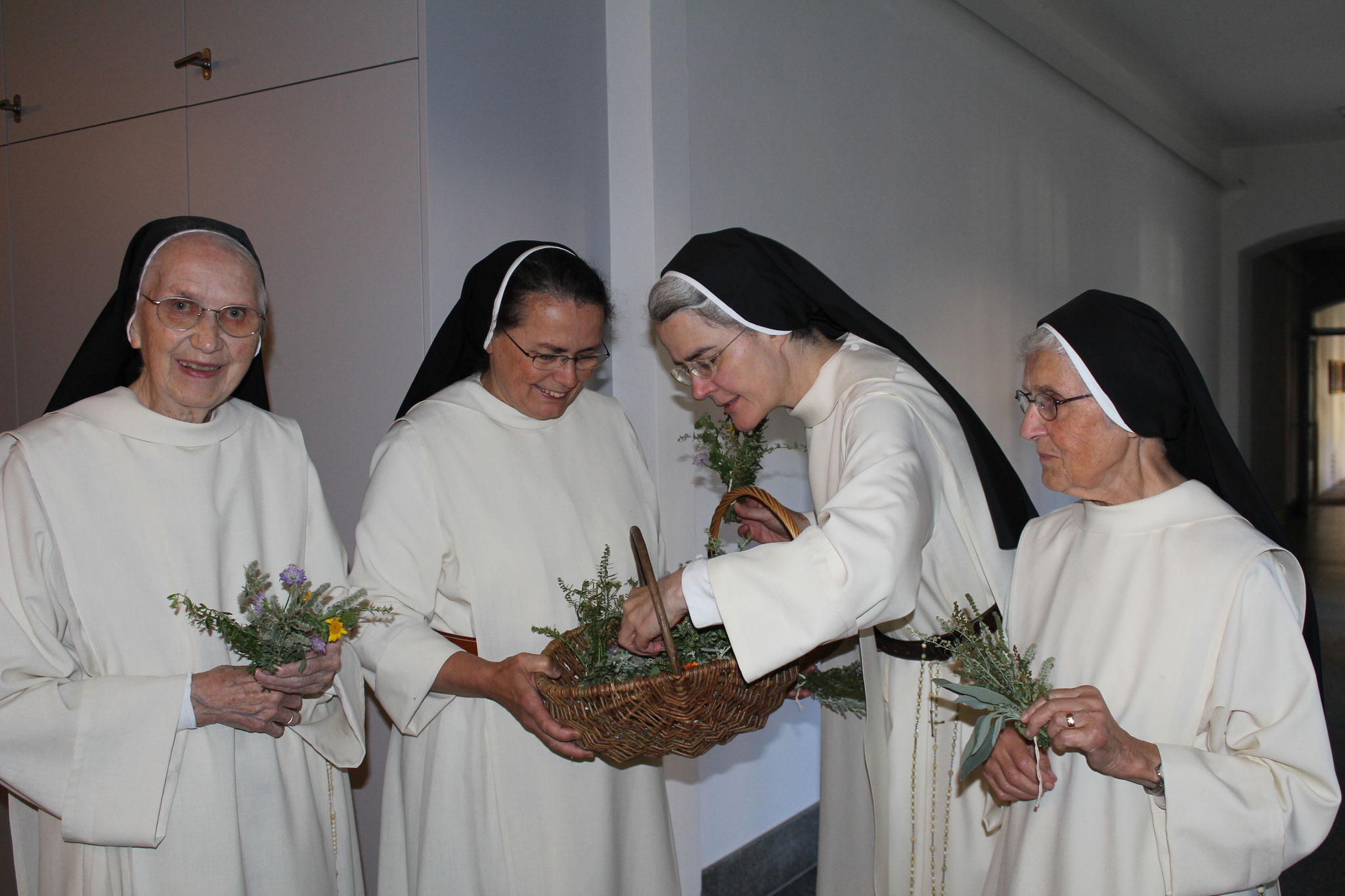 Die Schwestern, beim Betrachten der Kräutersträusschen