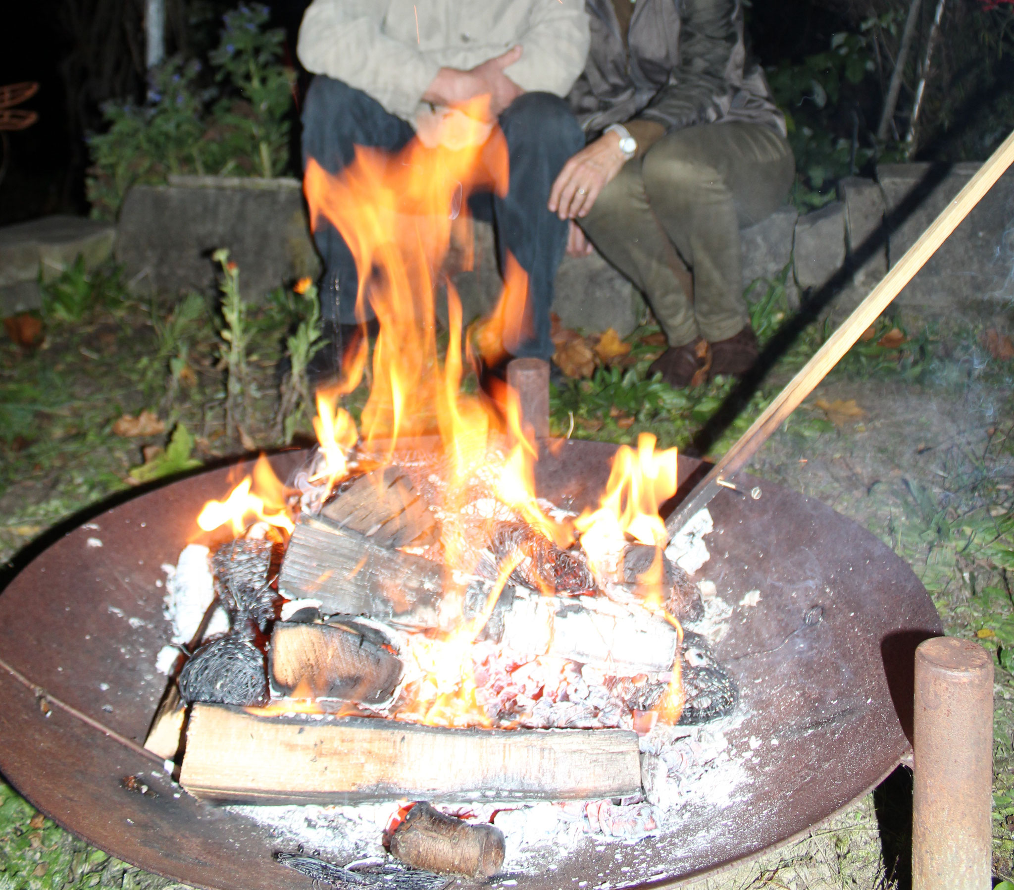 Abends beim Feuer sitzen