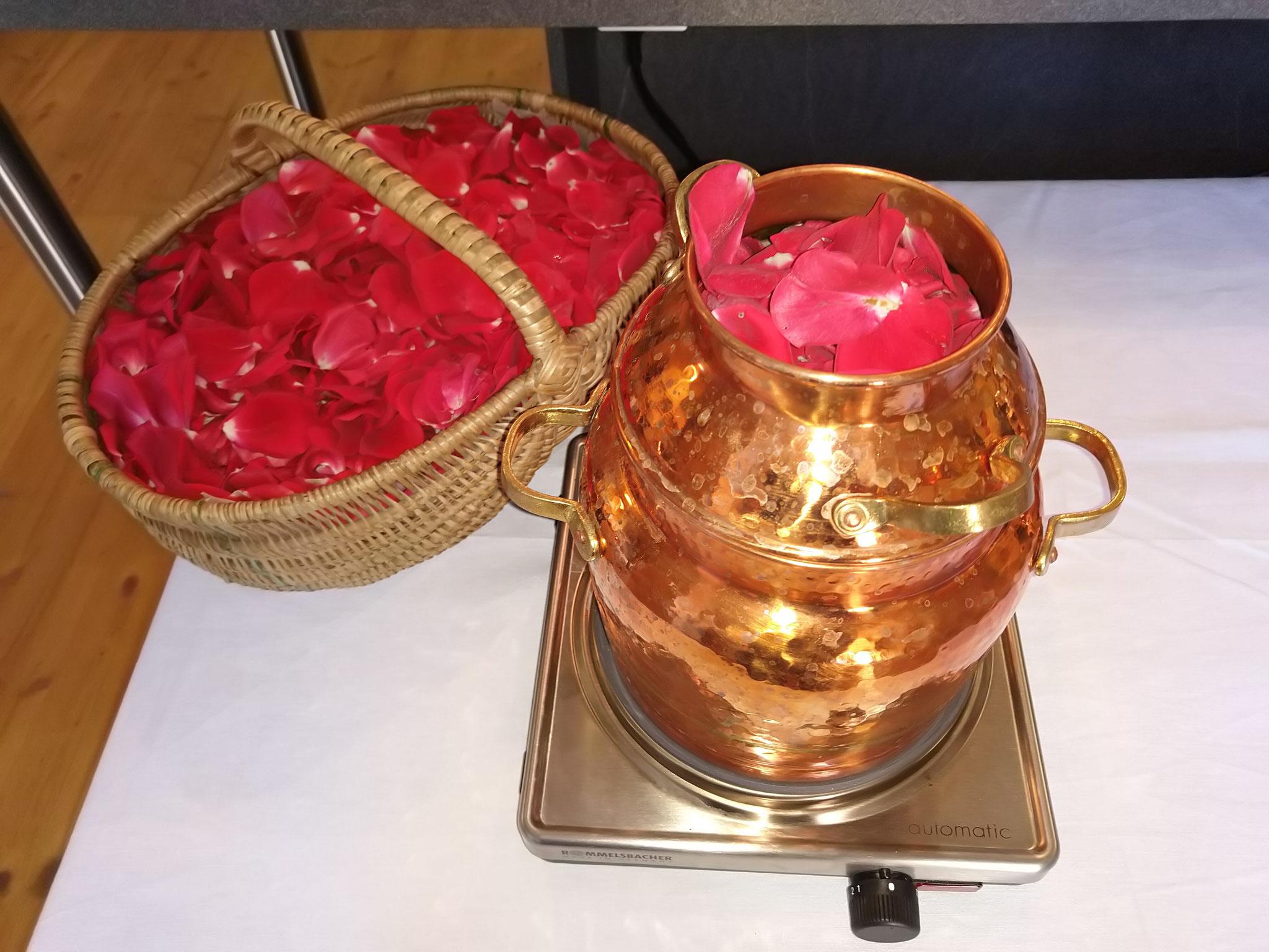 Rosenblätter destillieren