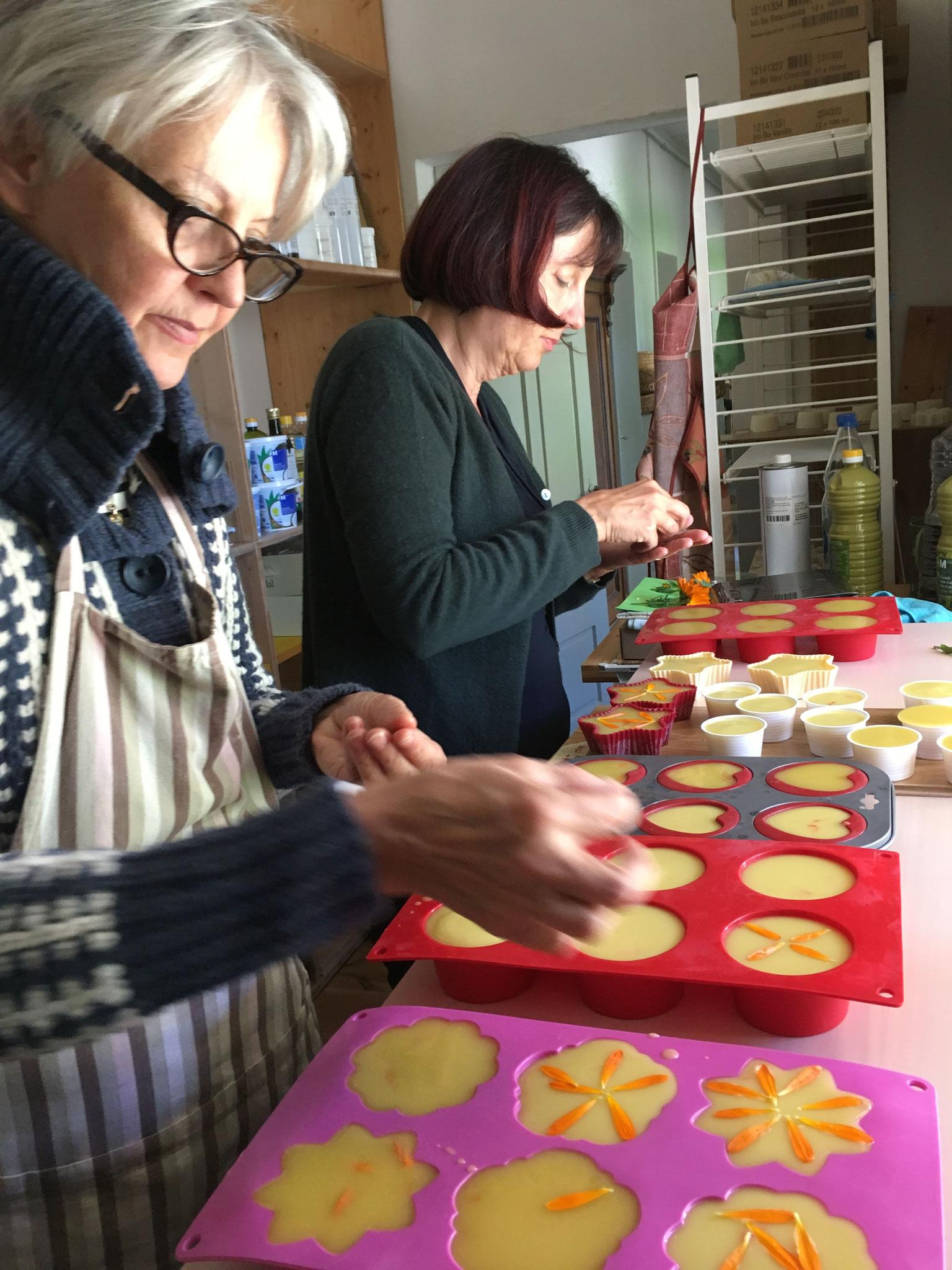 Im Atelier entstehen Kräuterseifen mit Ringelblumenblätter