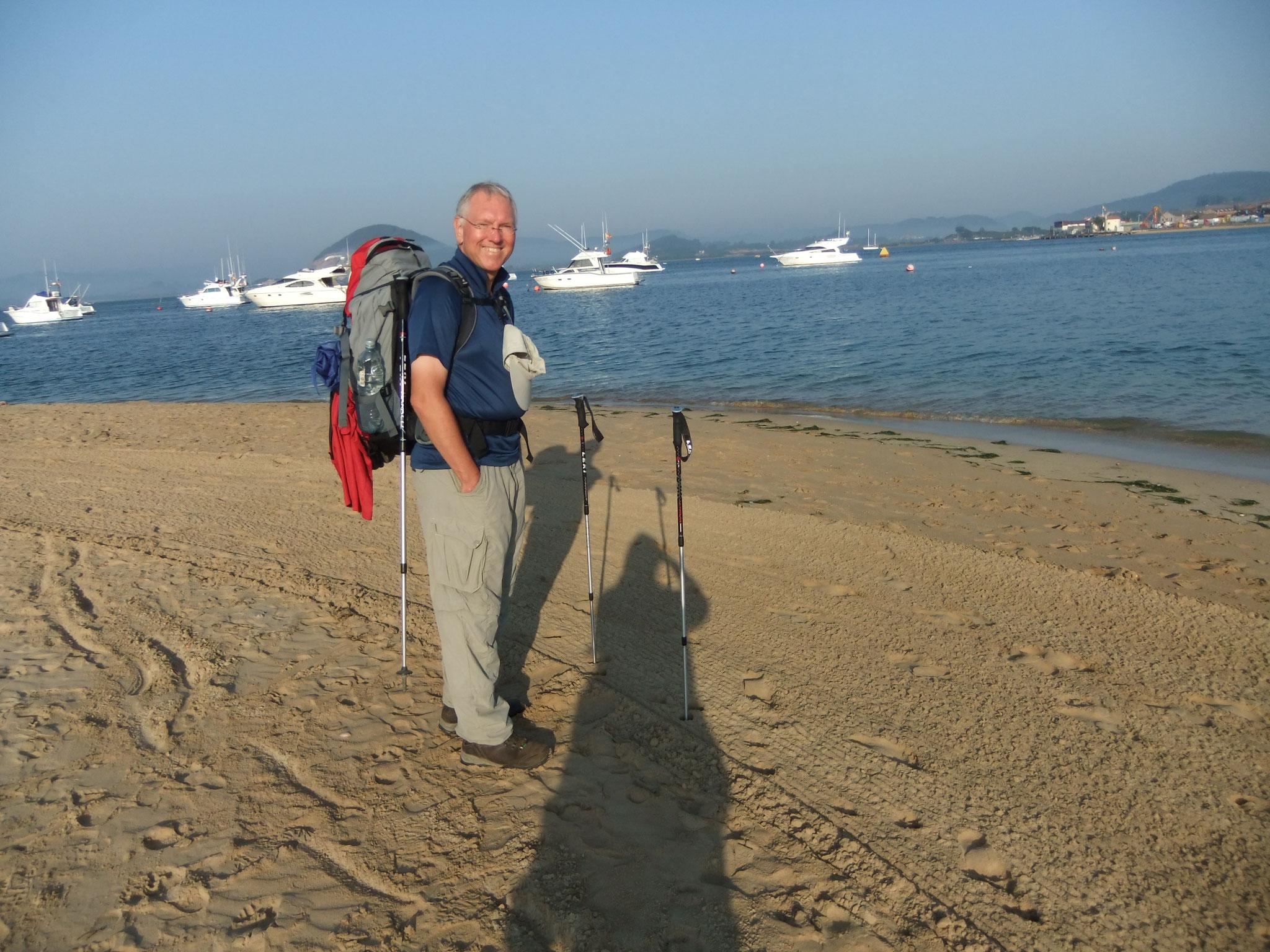 Gerd wartet am Strand auf die Fähre