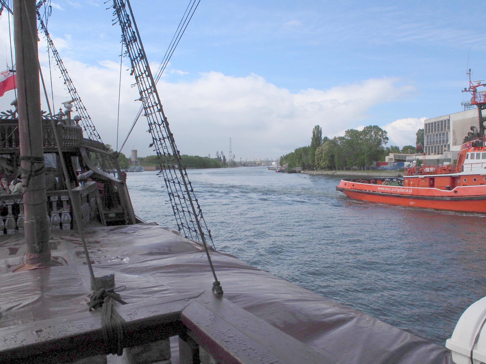 Mit einer Galeone durch den Hafen von Danzig